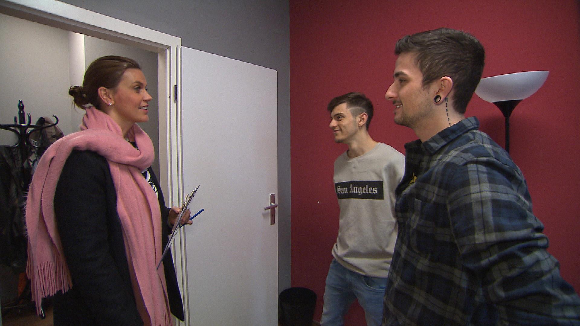 Jannes (re.) bekommt von der Vermieterin (li.) ein Zimmer im Matrix-Loft... (Foto mi.: Jannes) (Quelle: RTL 2)
