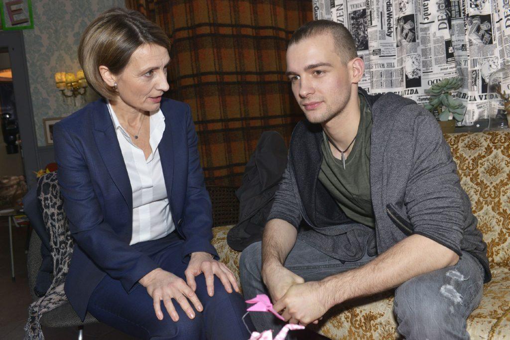 Rosa (Joana Schümer) hat Chris (Eric Stehfest) aus der U-Haft ausgelöst - doch glaubt sie auch wirklich an seine Unschuld?