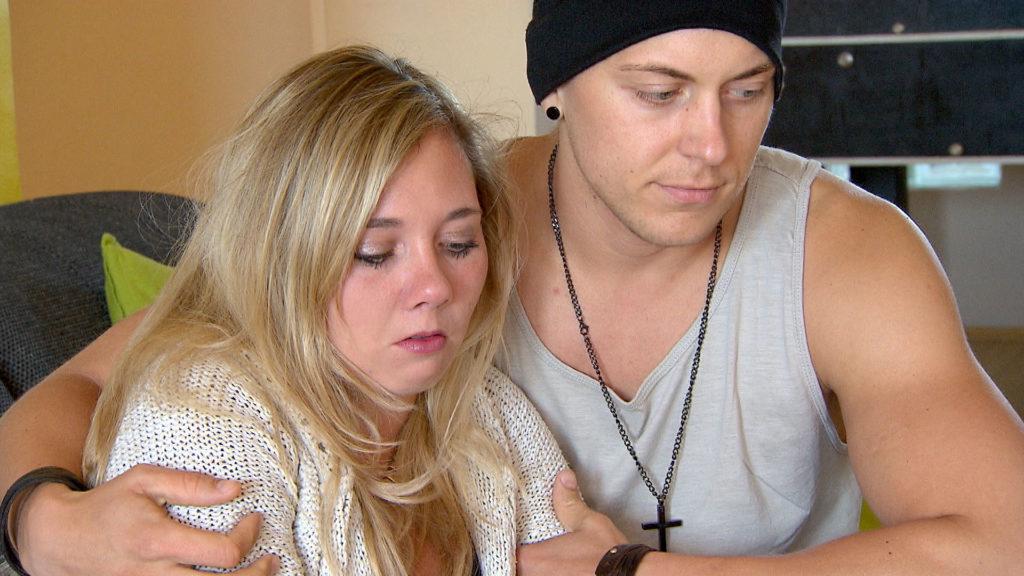 Chantal,li. überrumpelt Kevin,re. mit der Entscheidung, schon am Abend zu (Anna) nach Kambodscha zu fliegen.