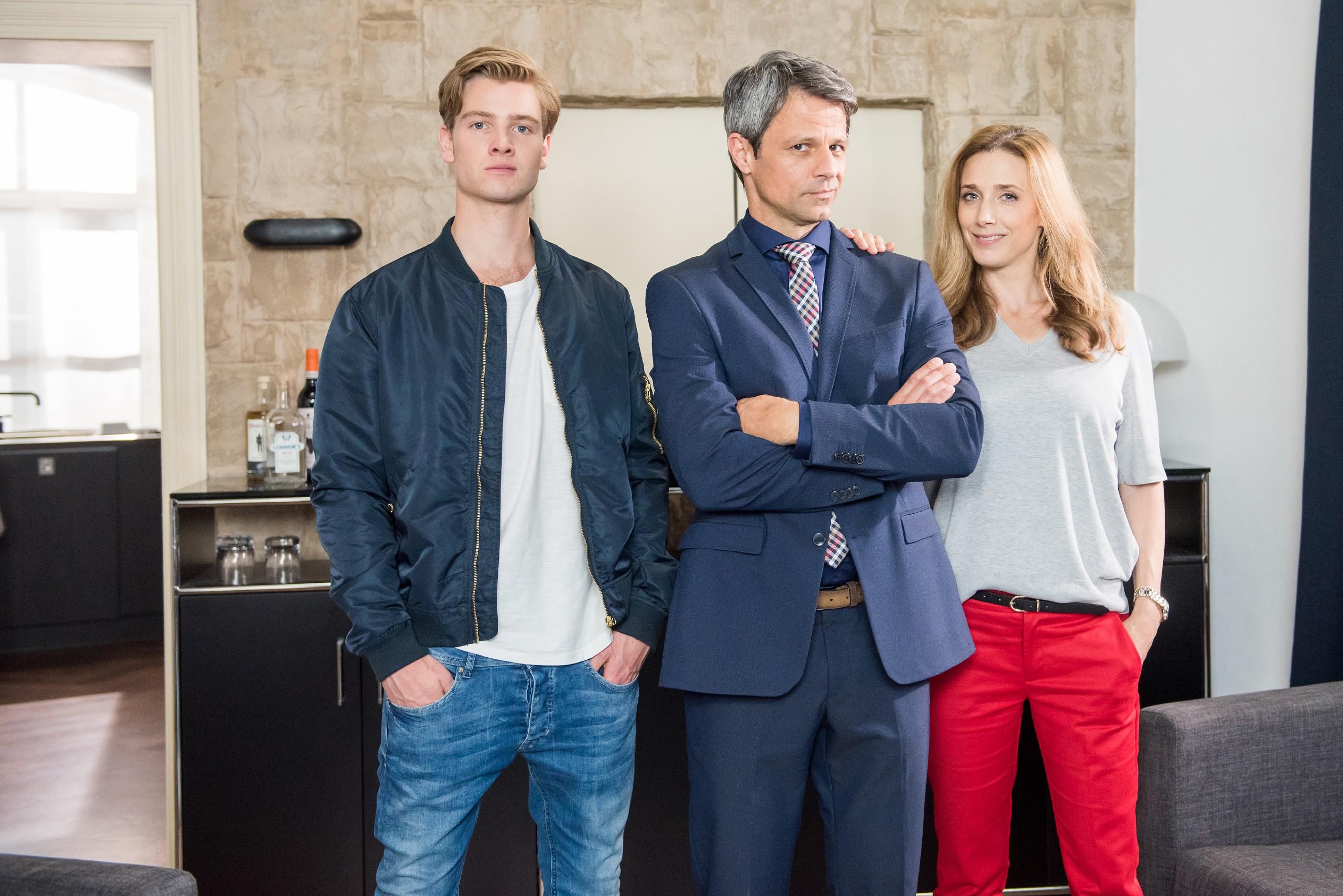 Familie Huber: Benedikt Huber (Jens Hajek, M.), seine Frau Andrea (Kristin Meyer) und Sohn Valentin (Aaron Koszuta)