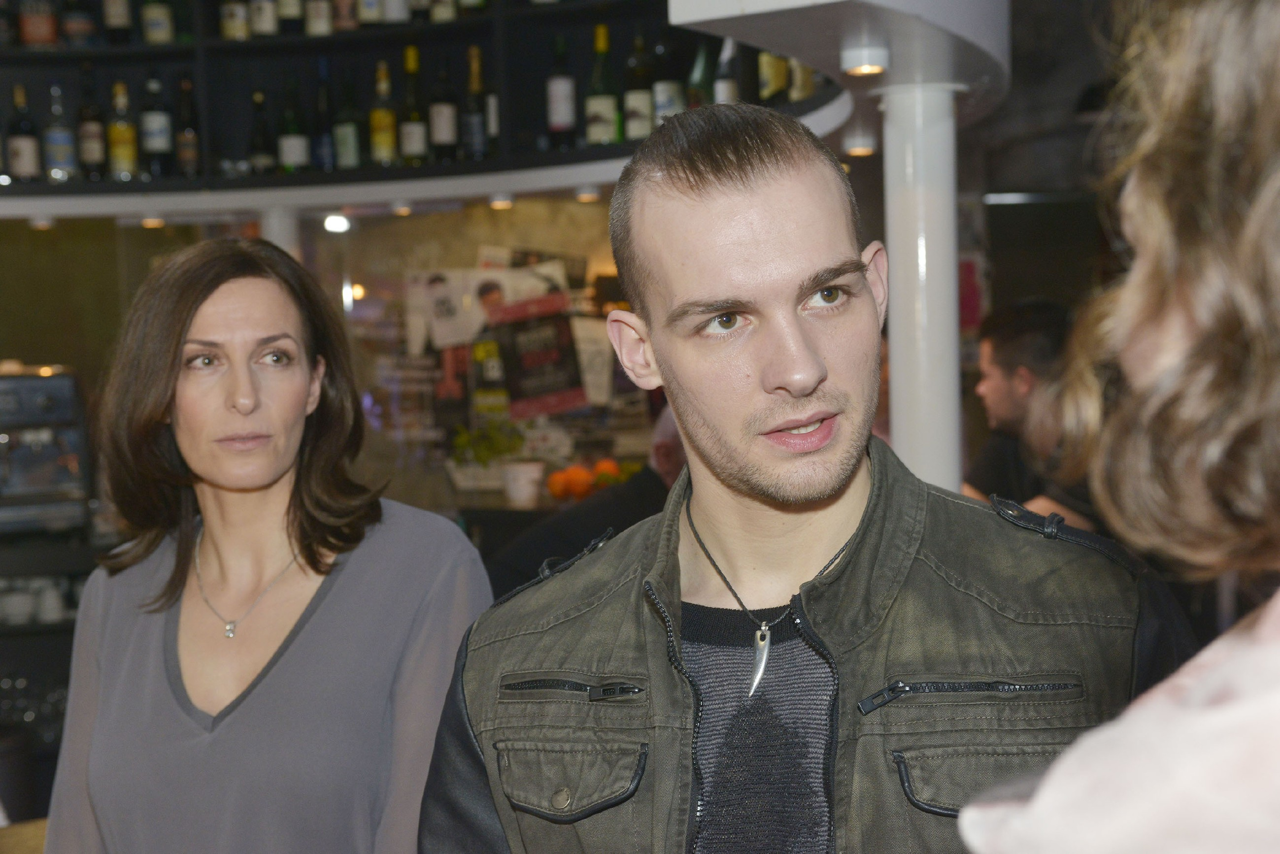 Katrin (Ulrike Frank) wird Zeugin von Chris' (Eric Stehfest) Verzweiflung... (Quelle: RTL / Rolf Baumgartner)