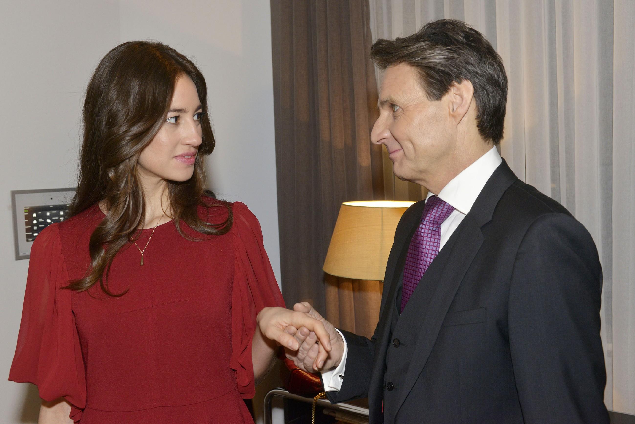 Gerner (Wolfgang Bahro) fällt es schwer, sich Elenas (Elena Garcia Gerlach) Anziehungskraft zu entziehen... (Quelle: RTL / Rolf Baumgartner)