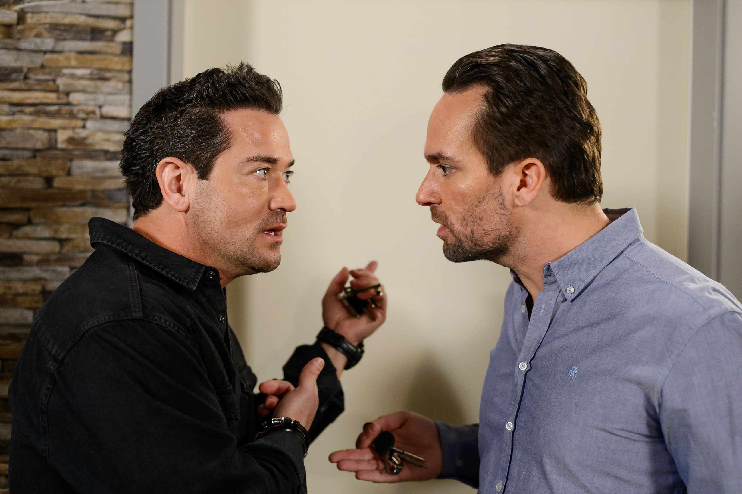 Thomas (Daniel Brockhaus, r.) schärft Marian (Sam Eisenstein) erneut ein, dass Leos Leben an seinem Schweigen hängt. (Quelle: RTL / Willi Weber)