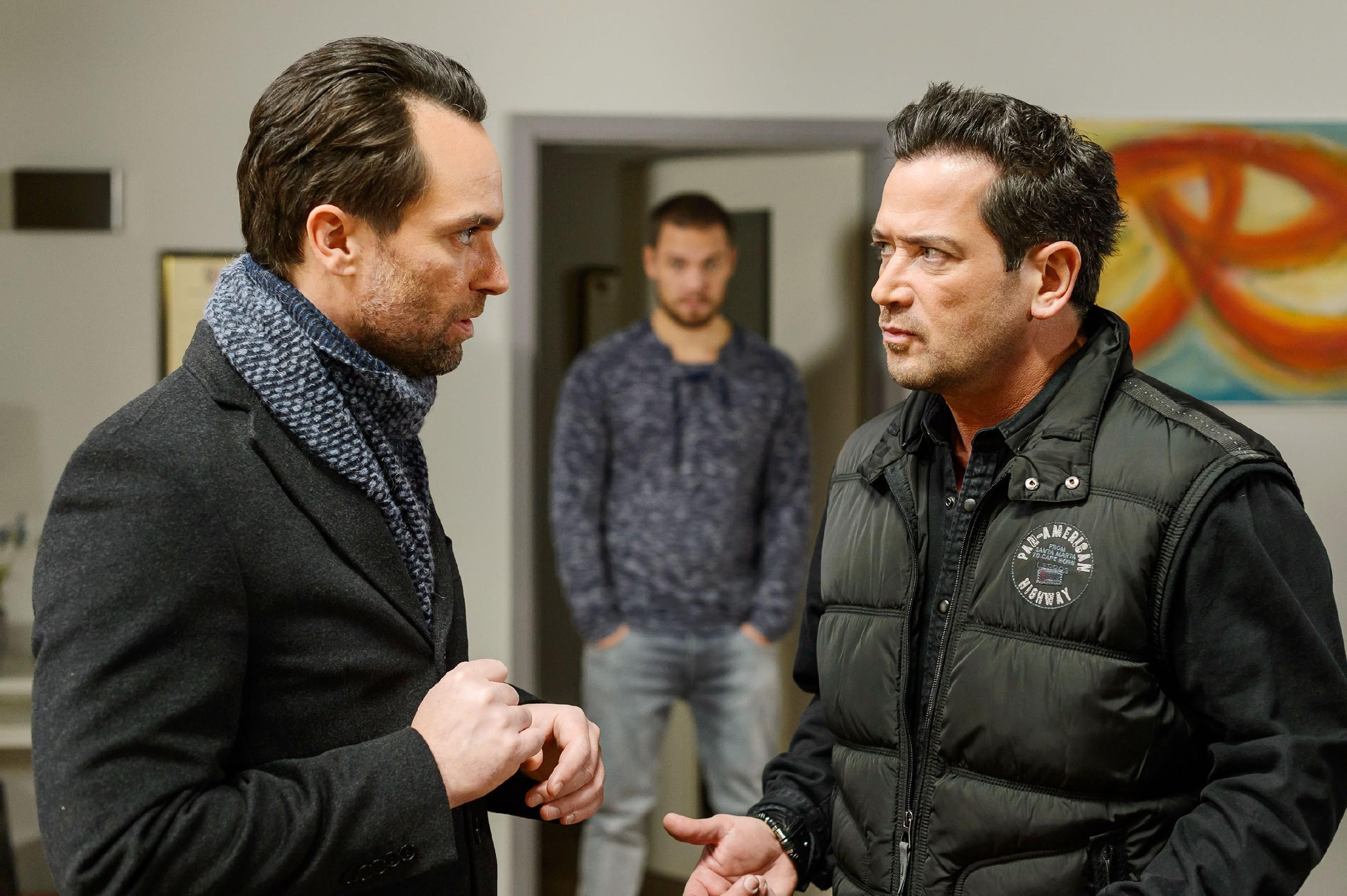 Da Marian (Sam Eisenstein, r.) befürchtet hat, dass es Thomas (Daniel Brockhaus, l.) nicht gut geht, ist er mit Gewalt in dessen Wohnung eingebrochen und traut seinen Augen kaum, als er dort auf Leo (Julian Bayer) trifft. (Quelle: RTL / Willi Weber)