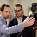 Thomas (Daniel Brockhaus, l.) und Leo (Julian Bayer) schauen sich die Aufnahmen für den gefälschten Pass von Leo an. Jetzt müssen sie nur noch darauf hoffen, dass Marian dichthält... (Quelle: RTL / Willi Weber)