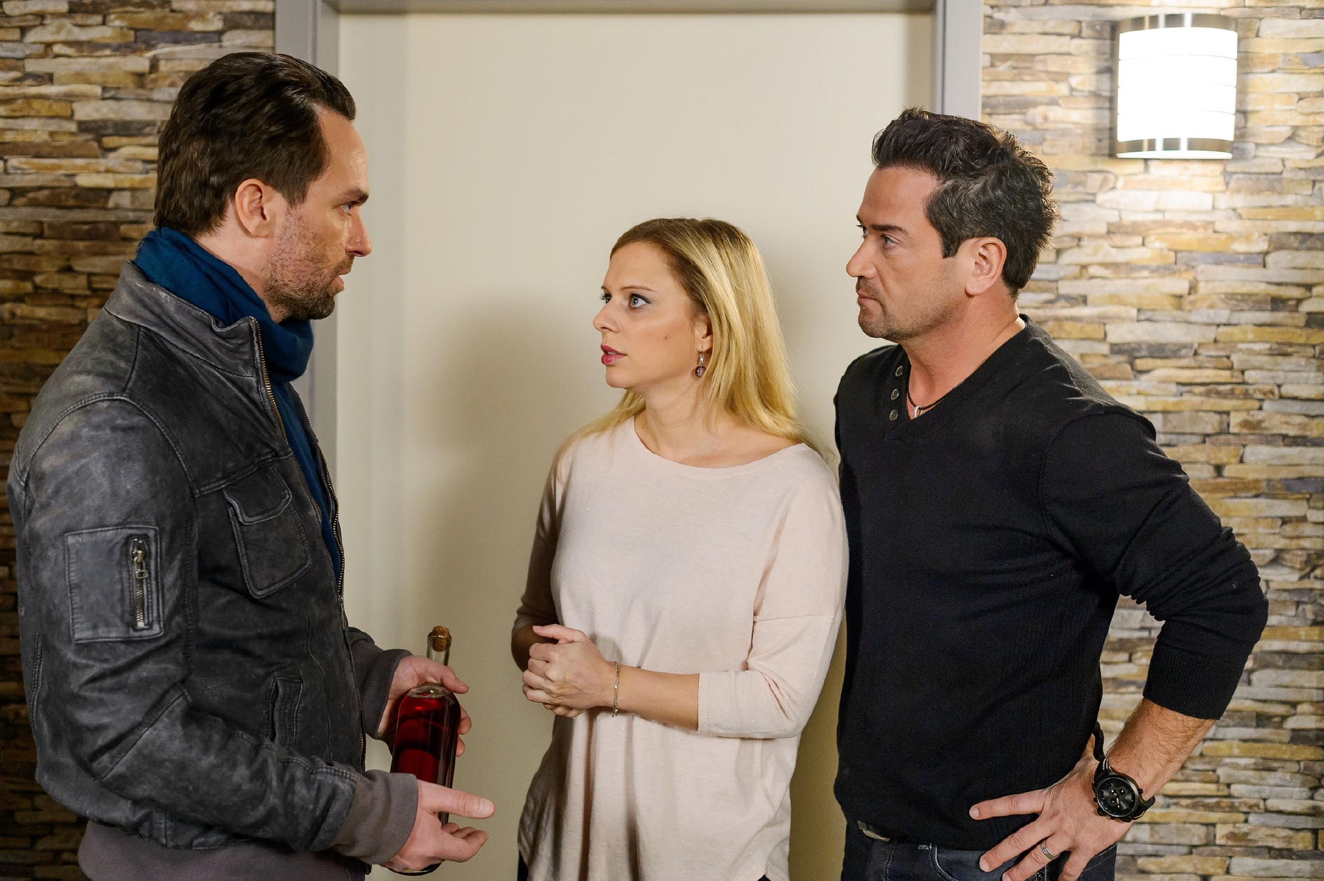 Thomas (Daniel Brockhaus, l.) verstärkt durch sein Verhalten unwillentlich Lenas (Juliette Greco) und Marians (Sam Eisenstein) Sorge um ihn. (Quelle: RTL / Willi Weber)