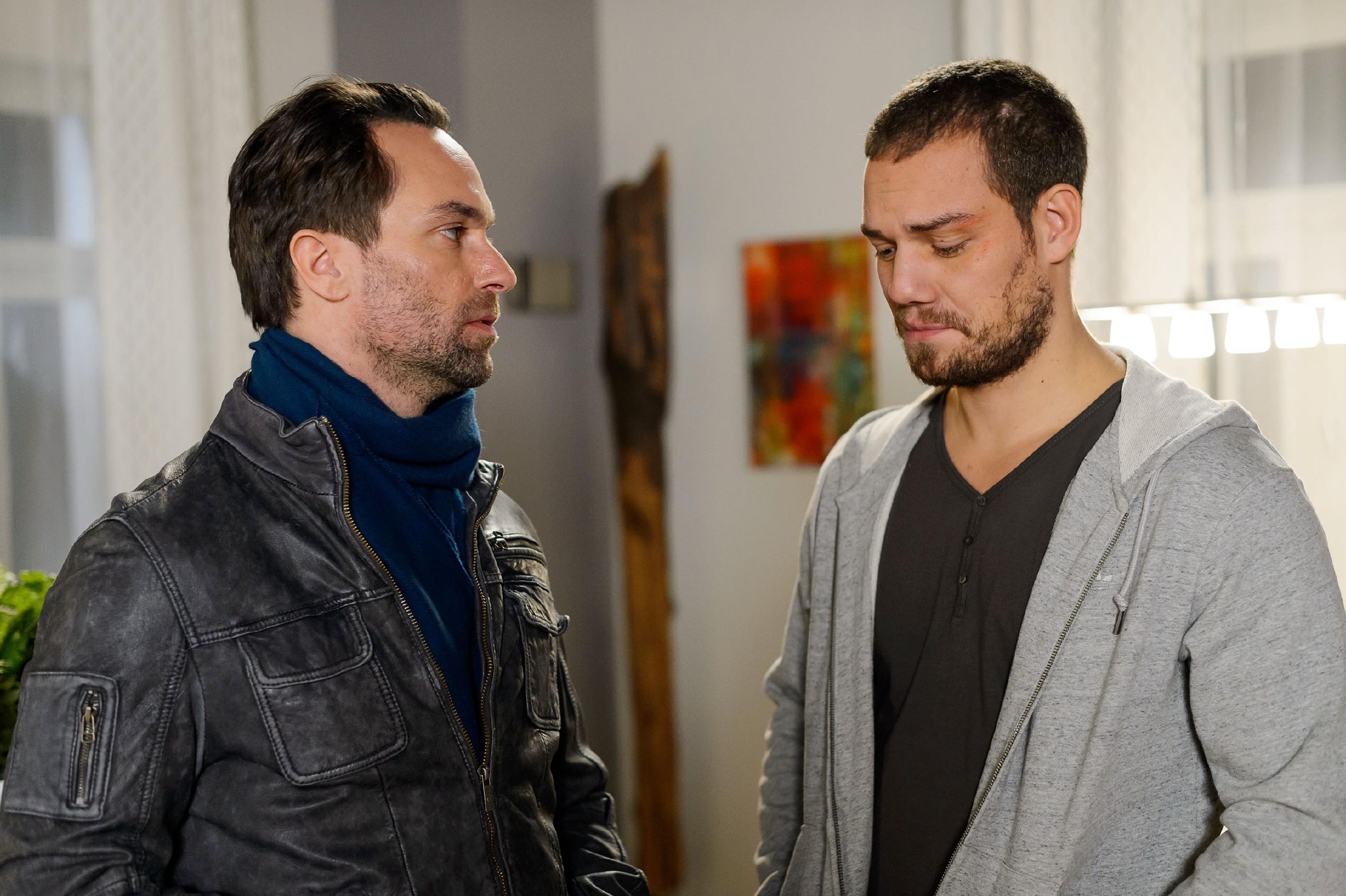 Thomas (Daniel Brockhaus, l.) leidet darunter, wegen Leos (Julian Bayer) Flucht seine Freunde belügen zu müssen. Doch ihnen ist bewusst, dass es keine Alternative gibt... (Quelle: RTL / Willi Weber)