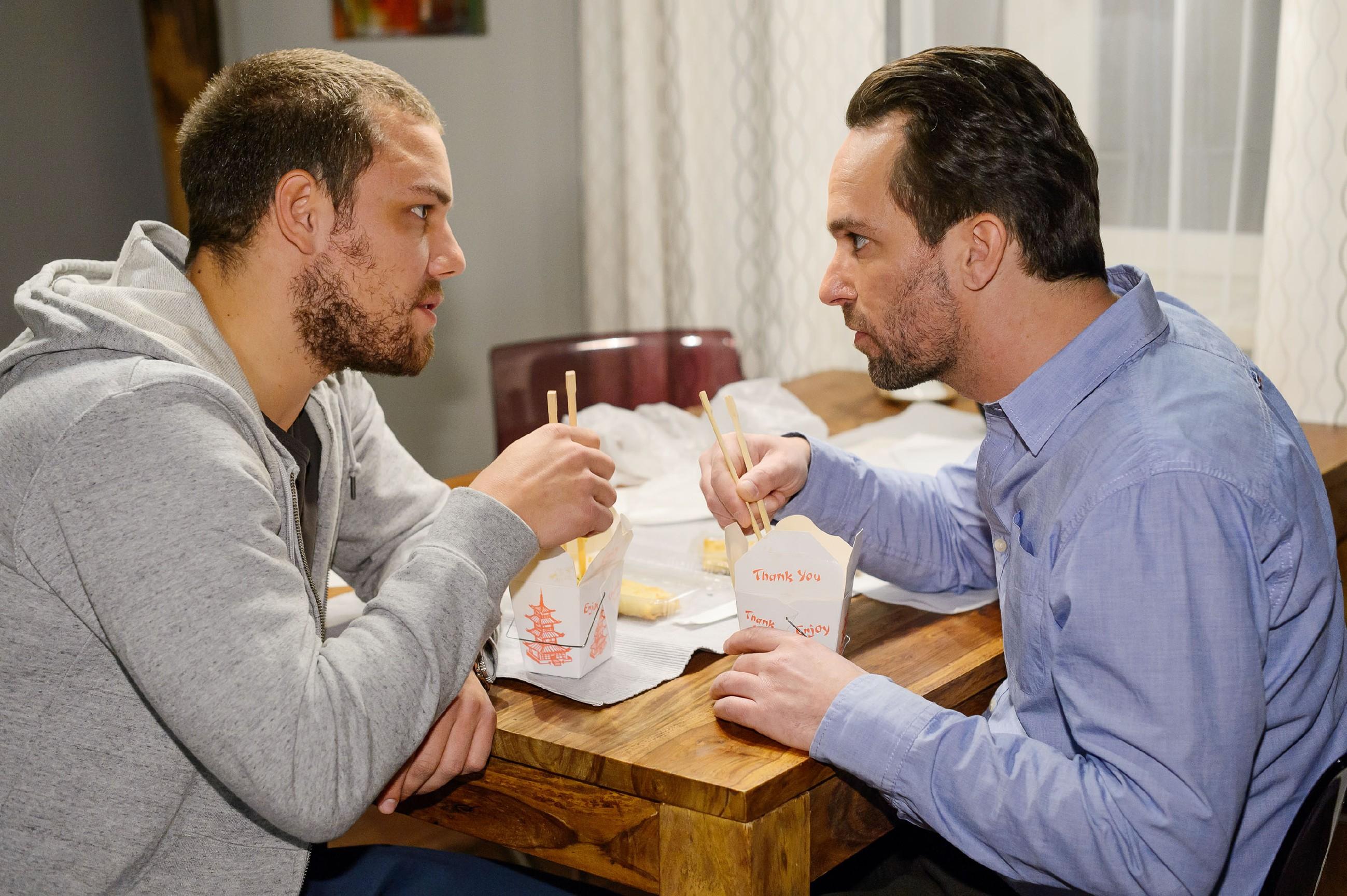 Thomas (Daniel Brockhaus, r.) kommt auf eine Idee, wer ihnen bei Leos (Julian Bayer) Flucht helfen könnte... (Quelle: RTL / Willi Weber)