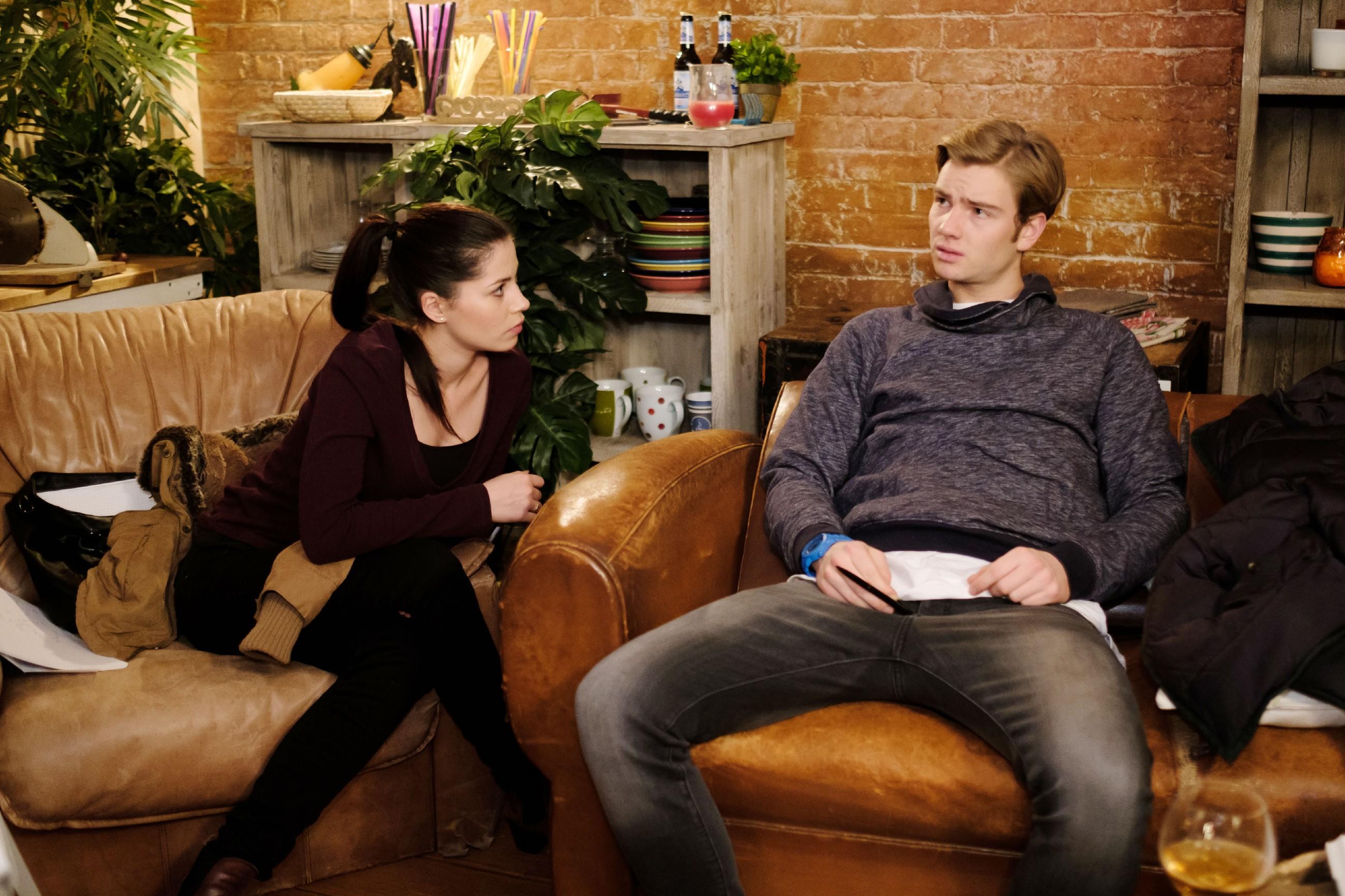 Valentin (Aaron Koszuta) ist sich bei der Nachhilfestunde mit Sina (Valea Katharina Scalabrino) plötzlich unsicher, ob er das Abitur überhaupt machen will. (Quelle: RTL / Stefan Behrens)