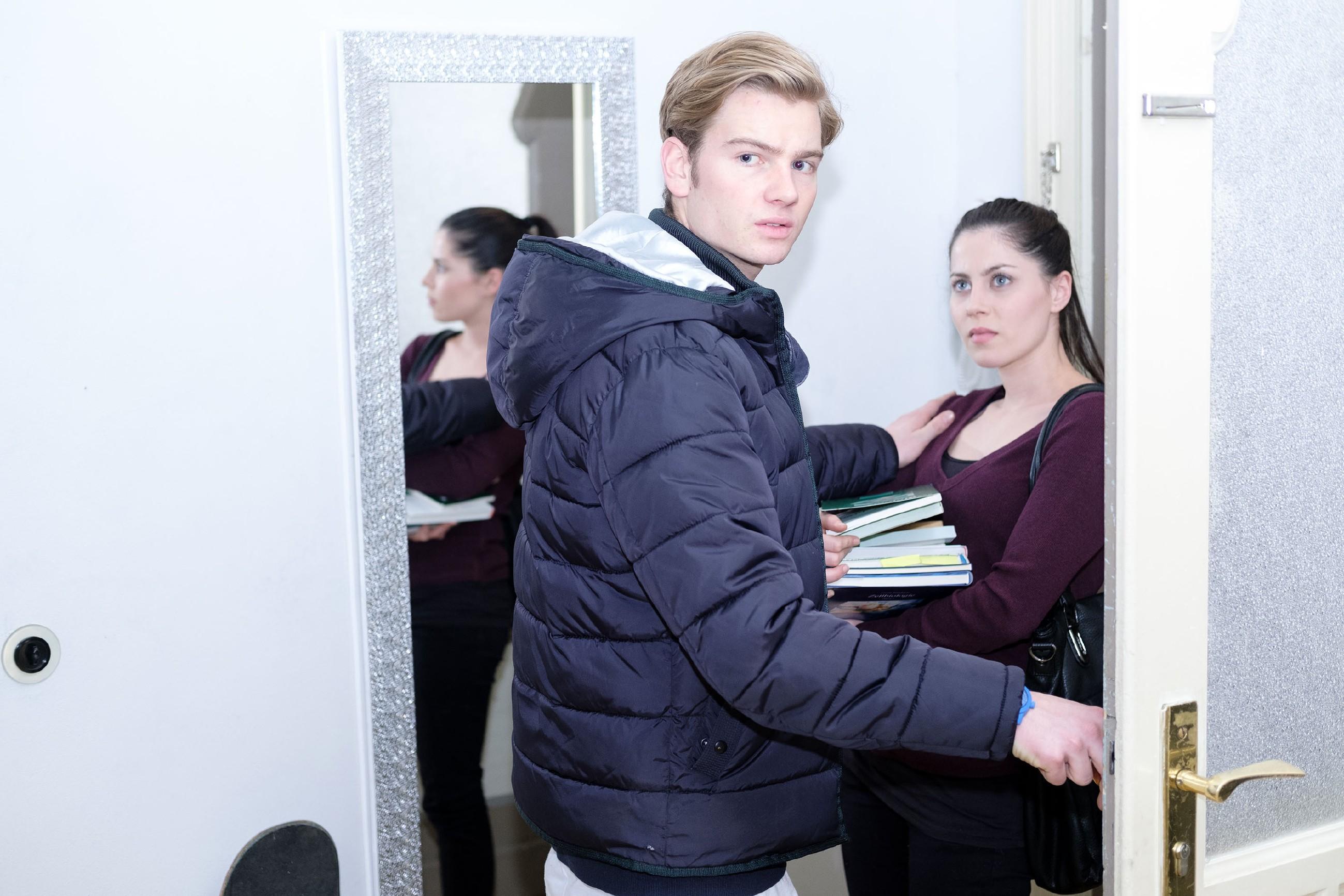 Valentin (Aaron Koszuta) versucht vor Benedikt zu verheimlichen, dass Sina (Valea Katharina Scalabrino) ihm Nachhilfe gibt. (Quelle: RTL / Stefan Behrens)