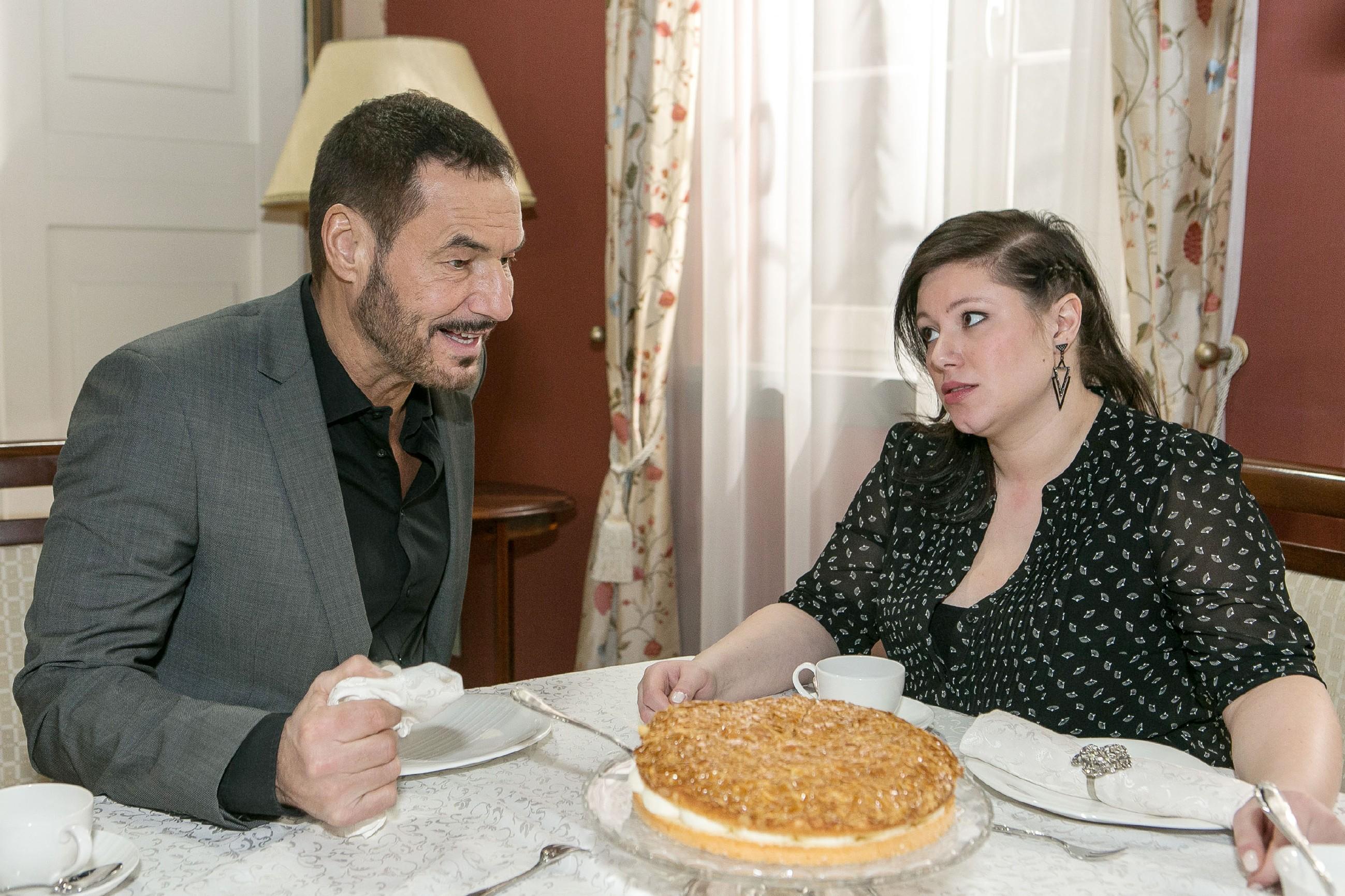 Vanessa (Julia Augustin, r.) bedauert, dass zwischen Richard (Silvan-Pierre Leirich) und Simone weiterhin Eiszeit herrscht. (Quelle: RTL / Kai Schulz)
