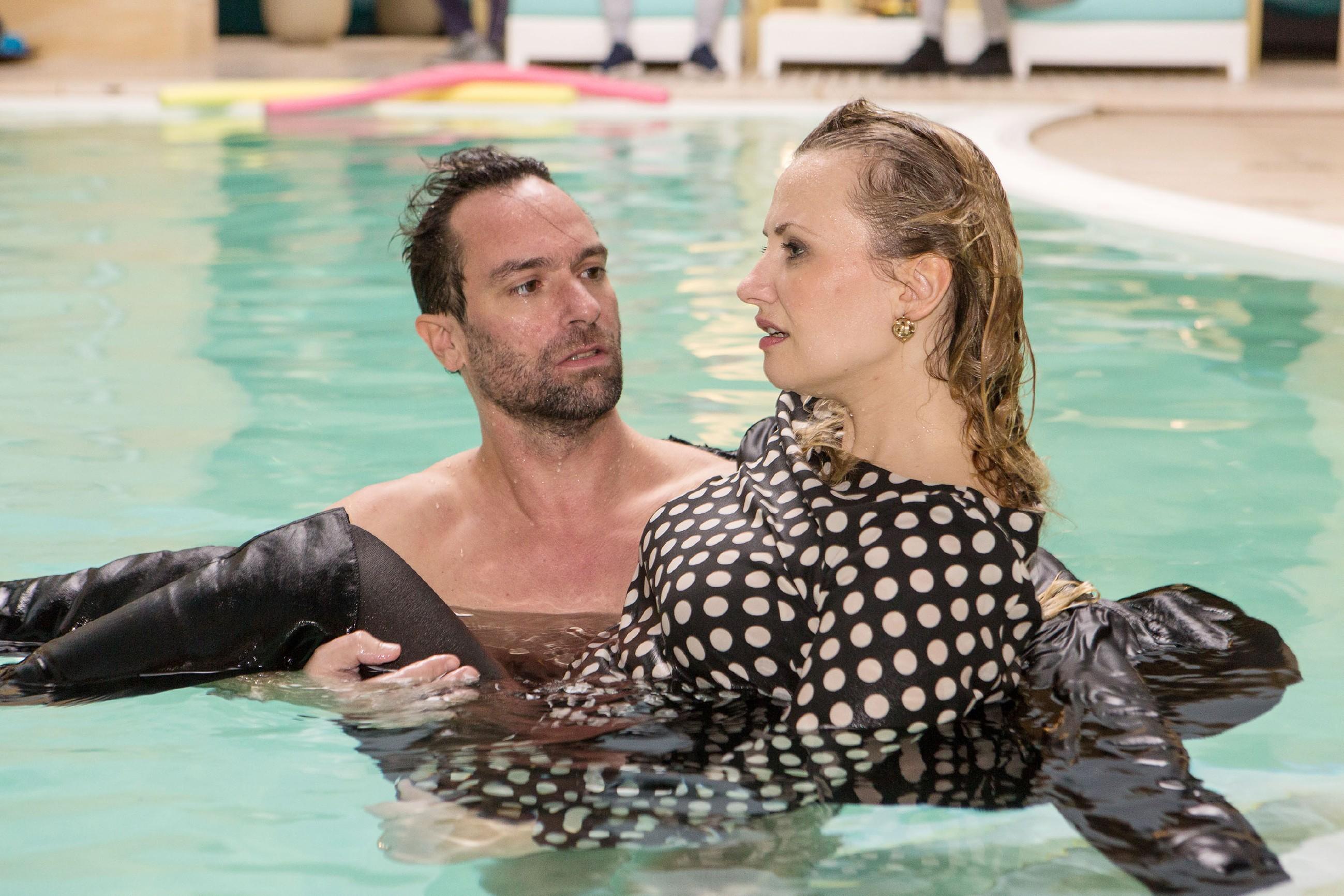 Thomas (Daniel Brockhaus) kümmert sich um Isabelle (Ania Niedieck), die gestolpert und in den Pool gestürzt ist. (Quelle: RTL / Kai Schulz)