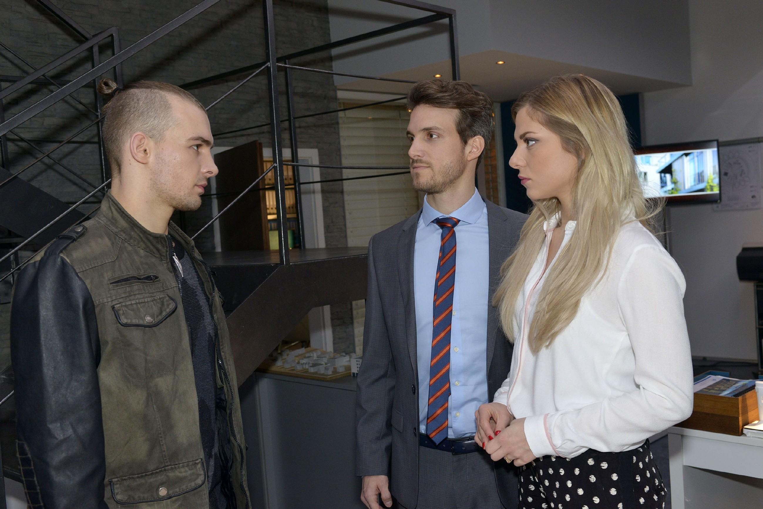 Chris (Eric Stehfest, l.) ist frustriert, weil er aufgrund von Felix' (Thaddäus Meilinger) Machenschaften nicht mehr an Sunny (Valentina Pahde) rankommt. (Quelle: RTL / Rolf Baumgartner)