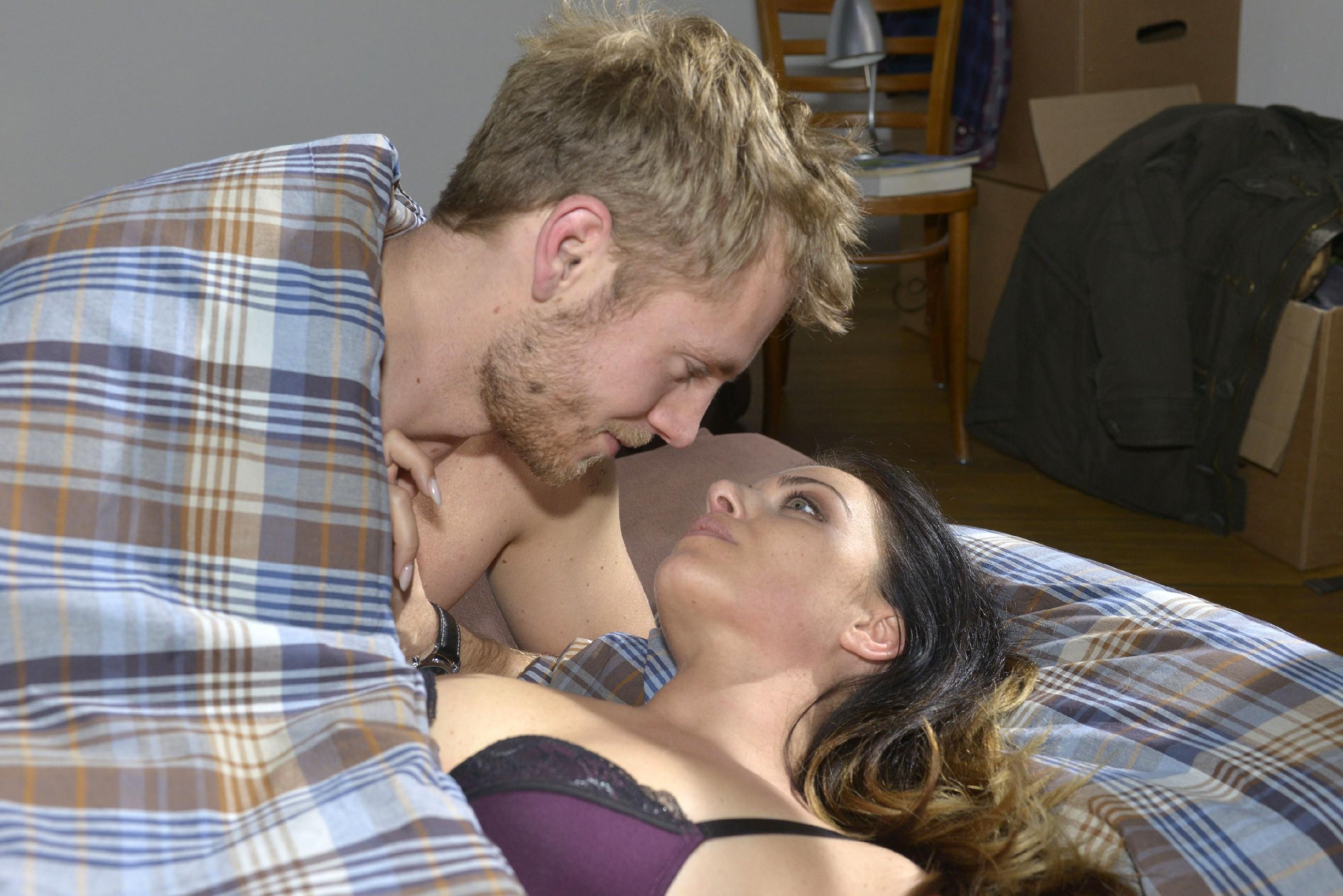 Emily (Anne Menden) gibt ihren Gefühlen nach und kann mit Paul (Niklas Osterloh) endlich ein leidenschaftliches Wiedersehen feiern. (Quelle: RTL / Rolf Baumgartner)