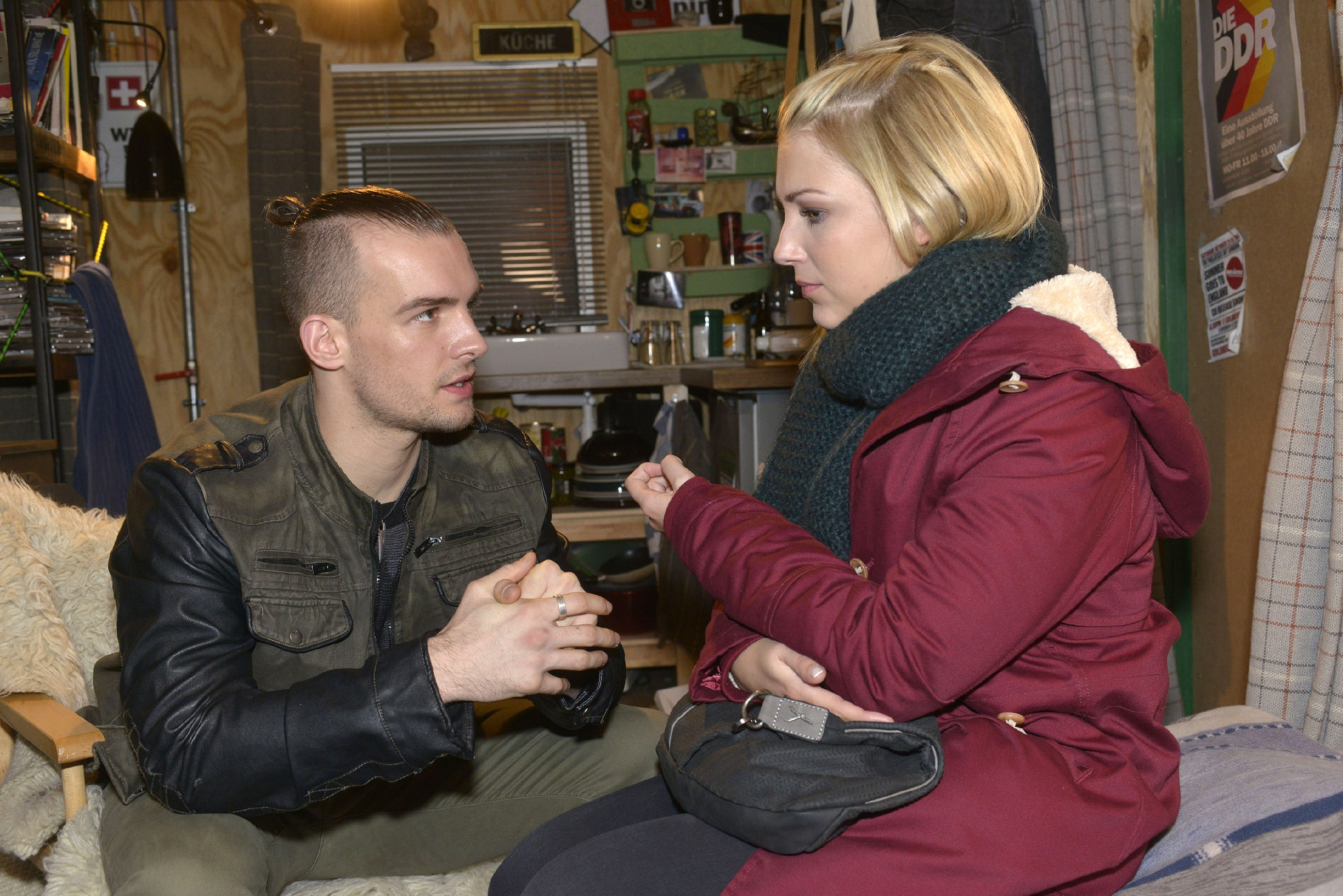 Lilly (Iris Mareike Steen) und Chris (Eric Stehfest) stellen fest, dass Chris' Situation immer aussichtsloser wird. (Quelle: RTL / Rolf Baumgartner)