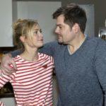 Sophie (Lea Marlen Woitack) ist froh, dass Leon (Daniel Fehlow) Verständnis dafür hat, dass sie ihre Freundinnen nicht einfach hängenlassen kann. (Quelle: RTL / Rolf Baumgartner)