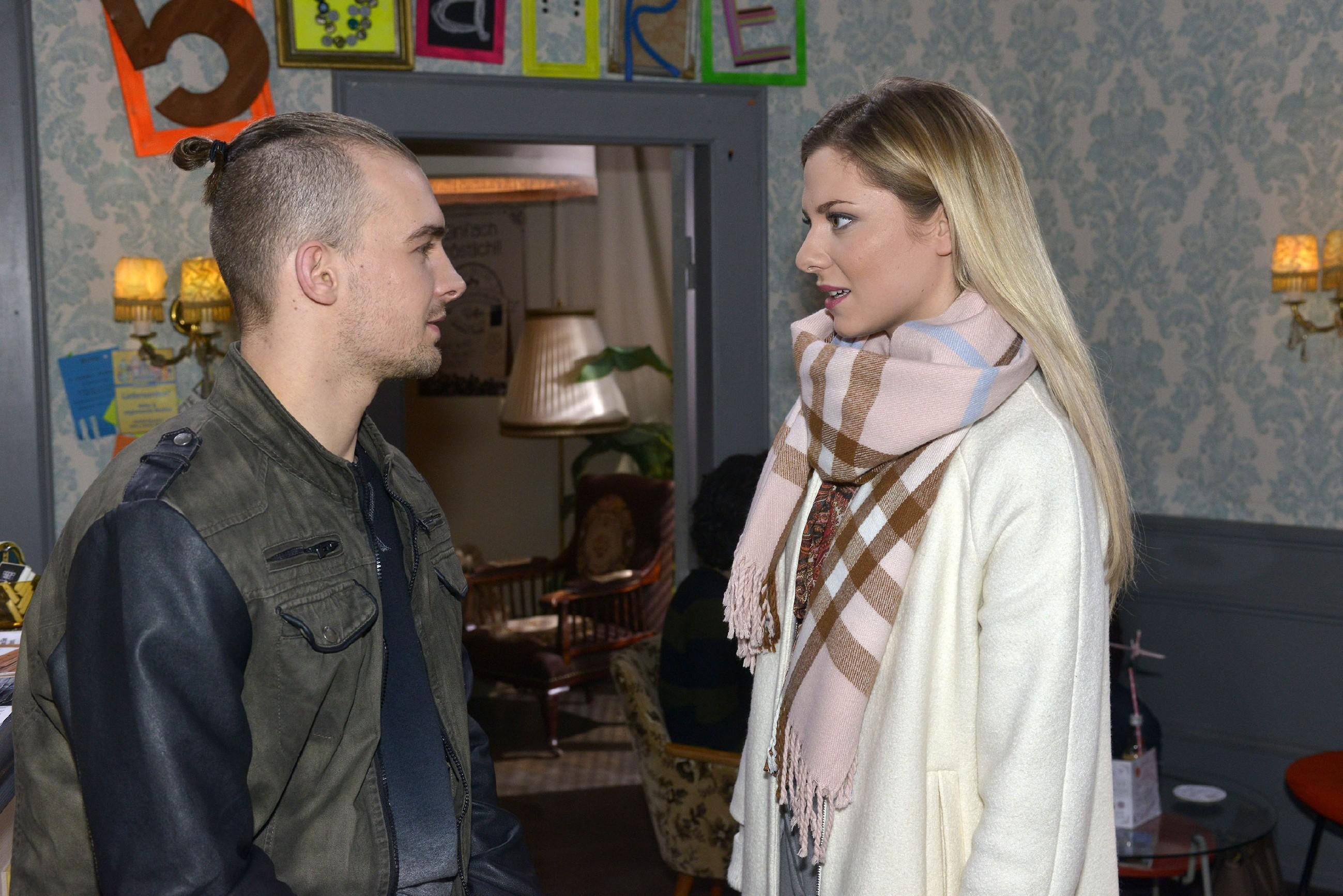Chris (Eric Stehfest) möchte eine Konfrontation mit Sunny (Valentina Pahde) vermeiden. (Quelle: RTL / Rolf Baumgartner)