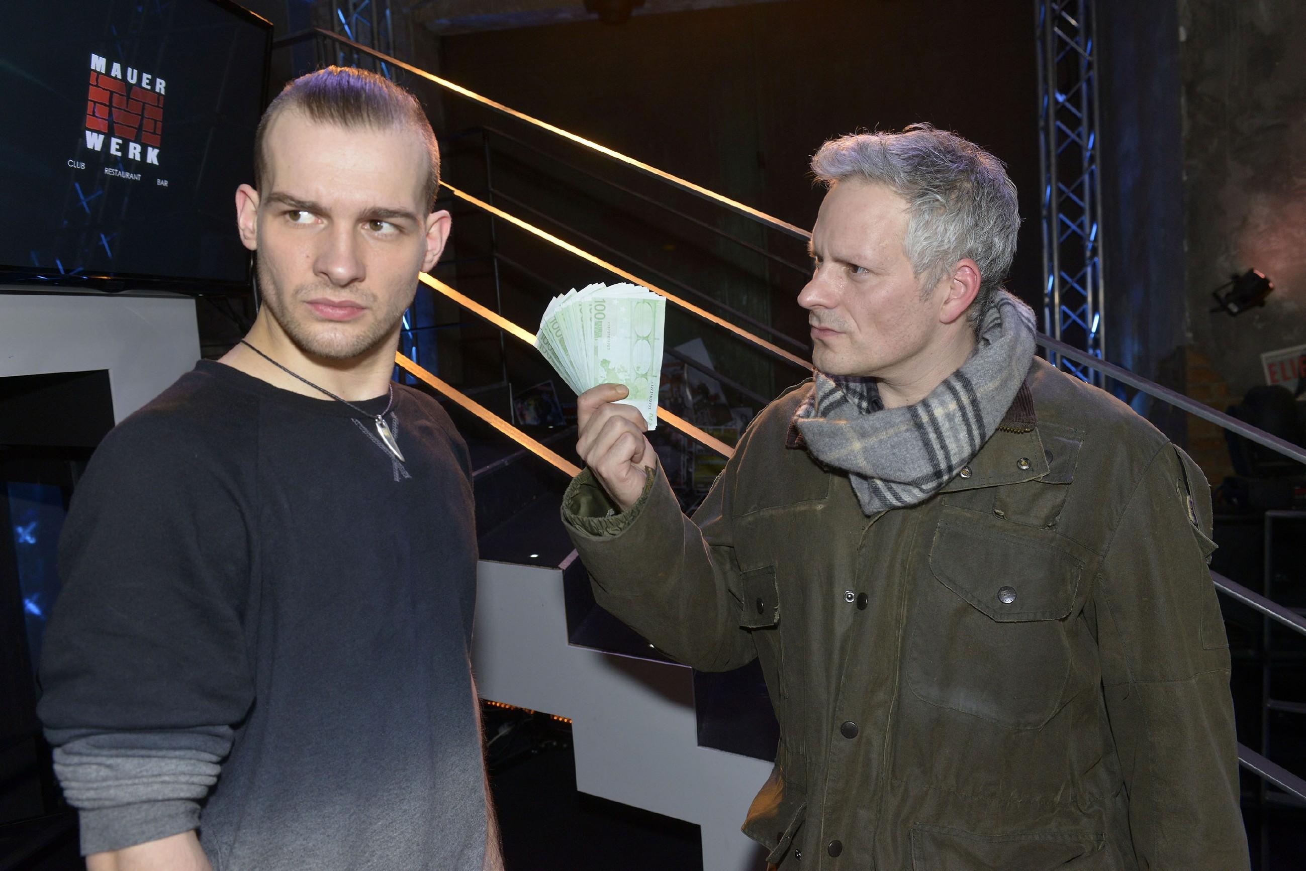 Chris (Eric Stehfest, l.) ist entsetzt, als ihn sein Entlastungszeuge Thorsten Münzer (Daniel Hildebrandt) der Bestechung beschuldigt. (Quelle: RTL / Rolf Baumgartner)