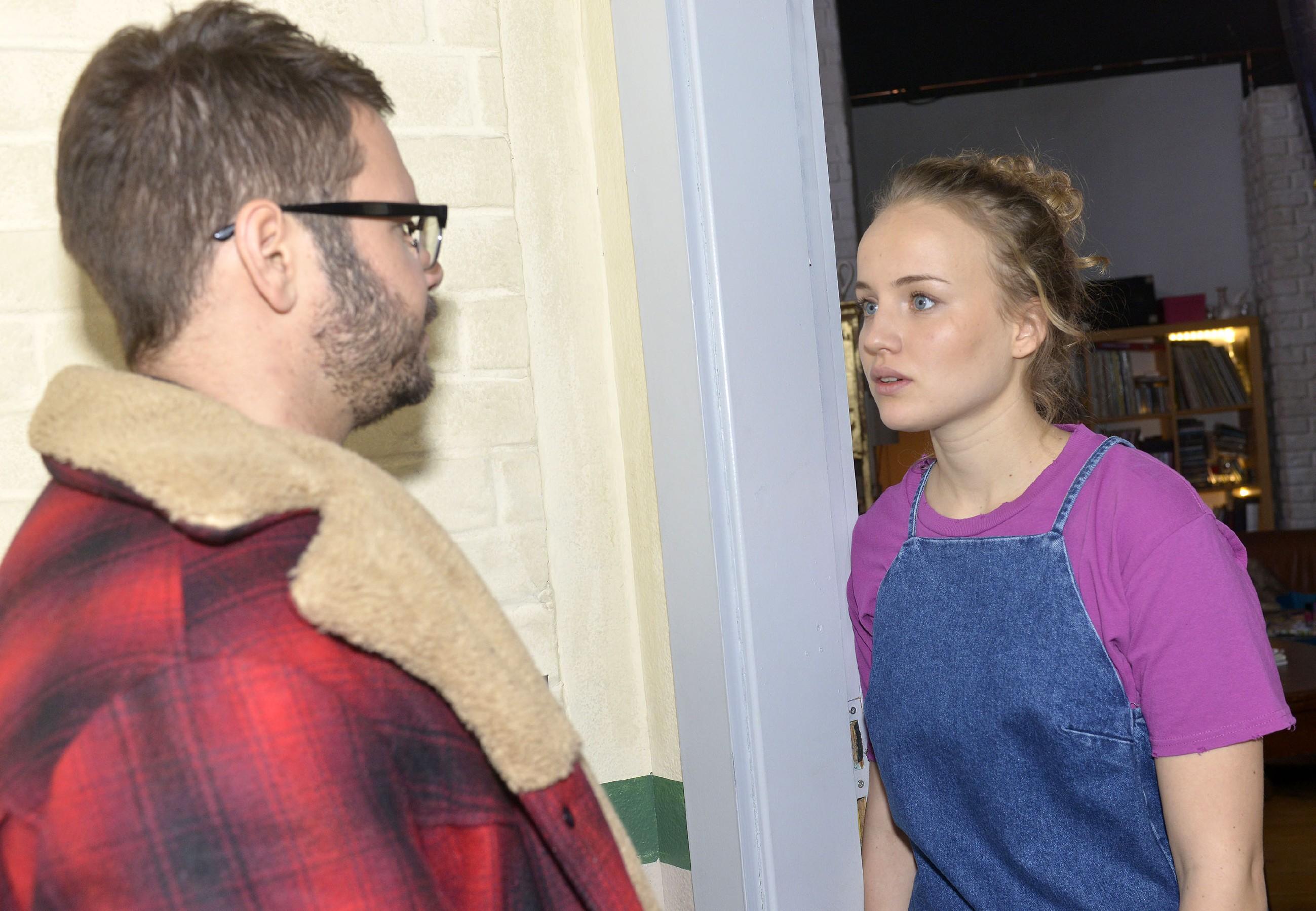 Jule (Luise von Finckh) fühlt sich von Tuner (Thomas Drechsel) ungerecht behandelt und statt seine Haltung zu akzeptieren, schlägt Jules Enttäuschung in Trotz um... (Quelle: RTL / Rolf Baumgartner)