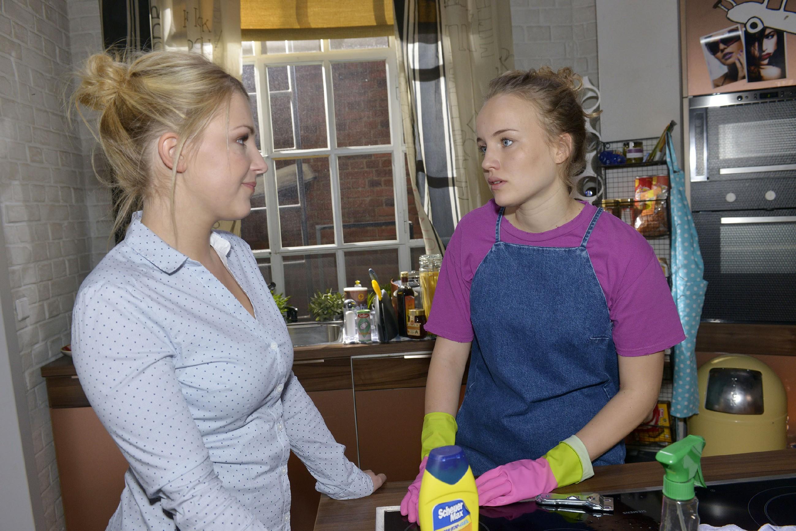 Lilly (Iris Mareike Steen, l.) ist sich sicher, dass Jule (Luise von Finckh) eine Mitschuld an ihren Problemen mit Tuner trägt. (Quelle: RTL / Rolf Baumgartner)