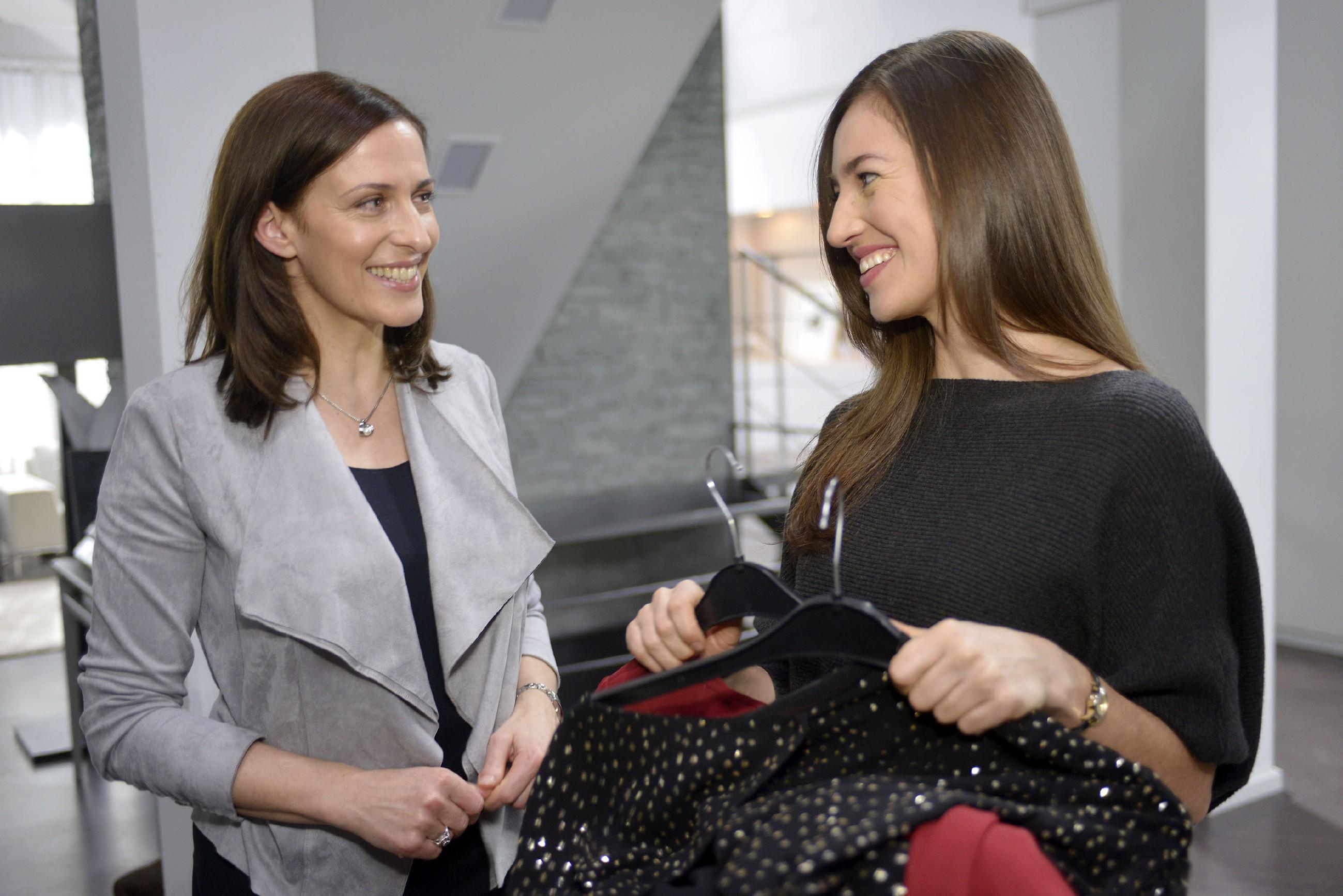 Katrin (Ulrike Frank, l.) versucht Elena (Elena Garcia Gerlach) die Nervosität vor deren Konzertbesuch mit Gerner zu nehmen. (Quelle: RTL / Rolf Baumgartner)