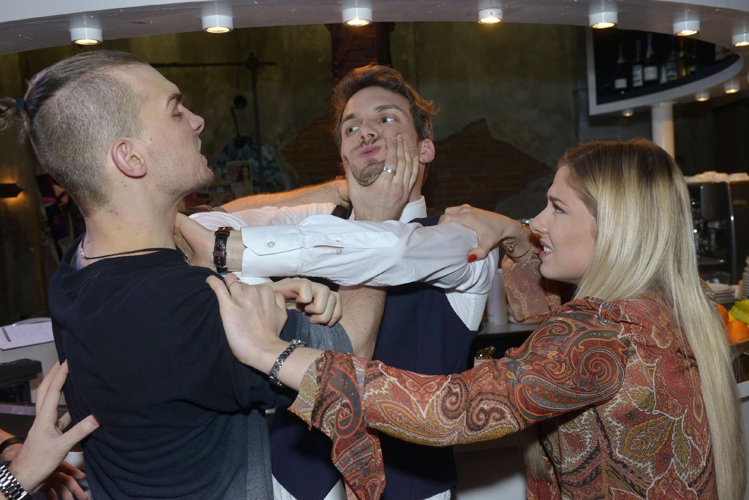 Als Chris (Eric Stehfest, l.) realisiert, dass Felix (Thaddäus Meilinger) seinen Entlastungszeugen gekauft hat, rastet er aus und greift seinen Bruder unter Protest von Sunny (Valentina Pahde) an... (Quelle: RTL / Rolf Baumgartner)