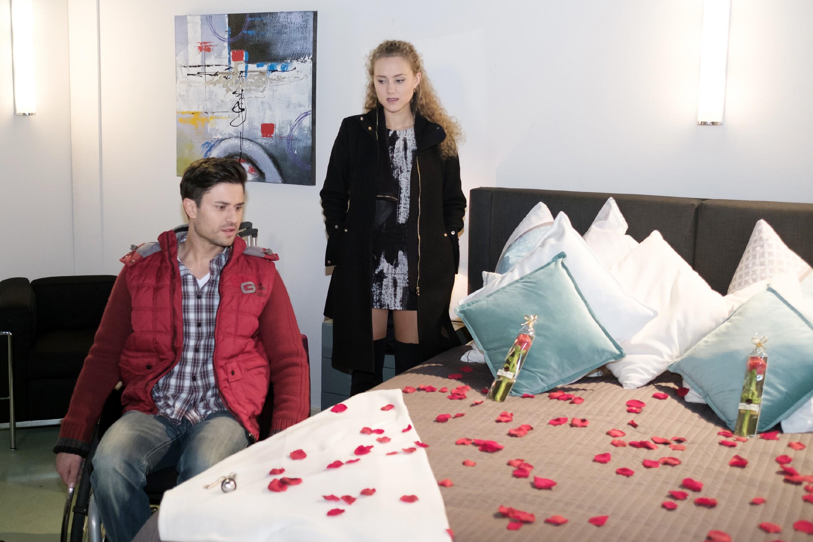 Paco (Milos Vukovic) und KayC (Pauline Angert) haben ihre einwöchige Werbetour angetreten und richten sich notgedrungen auf eine gemeinsame Nacht ein. (Quelle: RTL / Stefan Behrens)