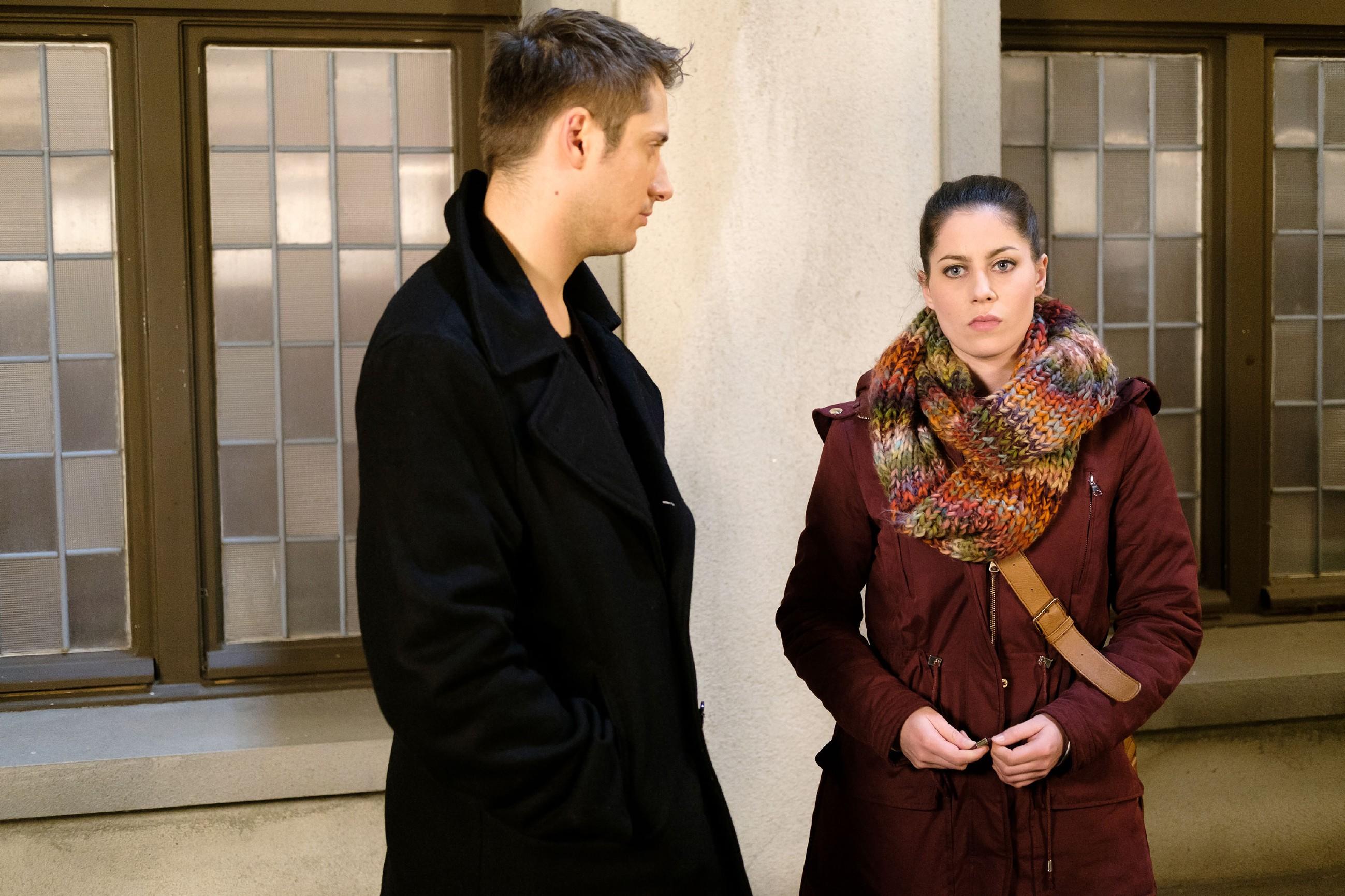 Sina (Valea Katharina Scalabrino) wird klar, dass Lukas (Philipp Oliver Baumgarten) nicht vorhat, sie aufzugeben... (Quelle: RTL / Stefan Behrens)