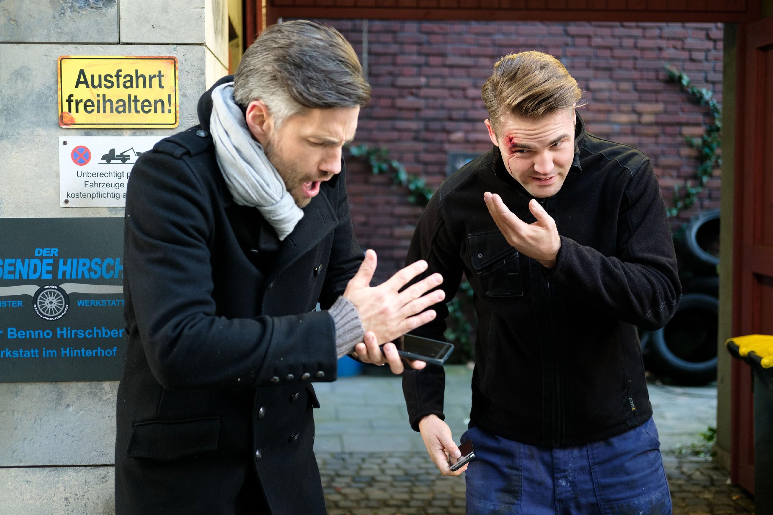 Im Eifer des Gefechts prallt Bambi (Benjamin Heinrich, r.) heftig mit Malte (Stefan Bockelmann) zusammen, der ebenfalls voller Sorge zu Ute will. (Quelle: RTL / Stefan Behrens)