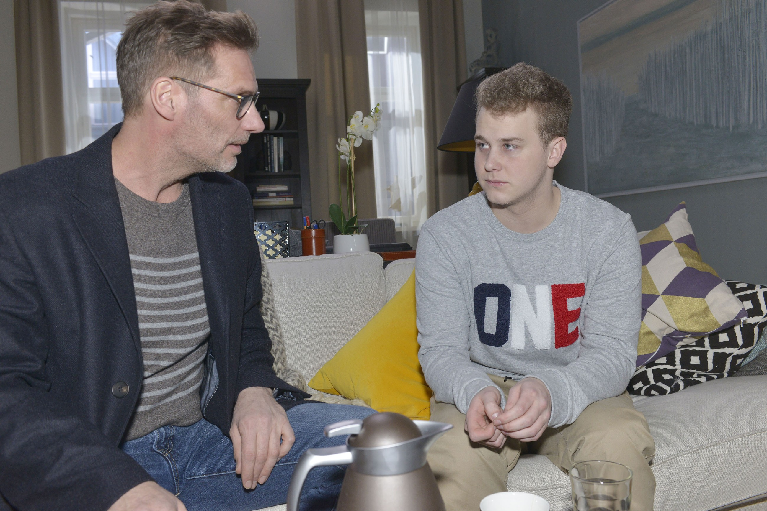 Alexander (Clemens Löhr, l.) macht Jonas (Felix van Deventer) nach dessen Zusammenbruch klar, dass es so nicht weitergehen kann: Jonas muss Prioritäten setzen. (Quelle: RTL / Rolf Baumgartner)