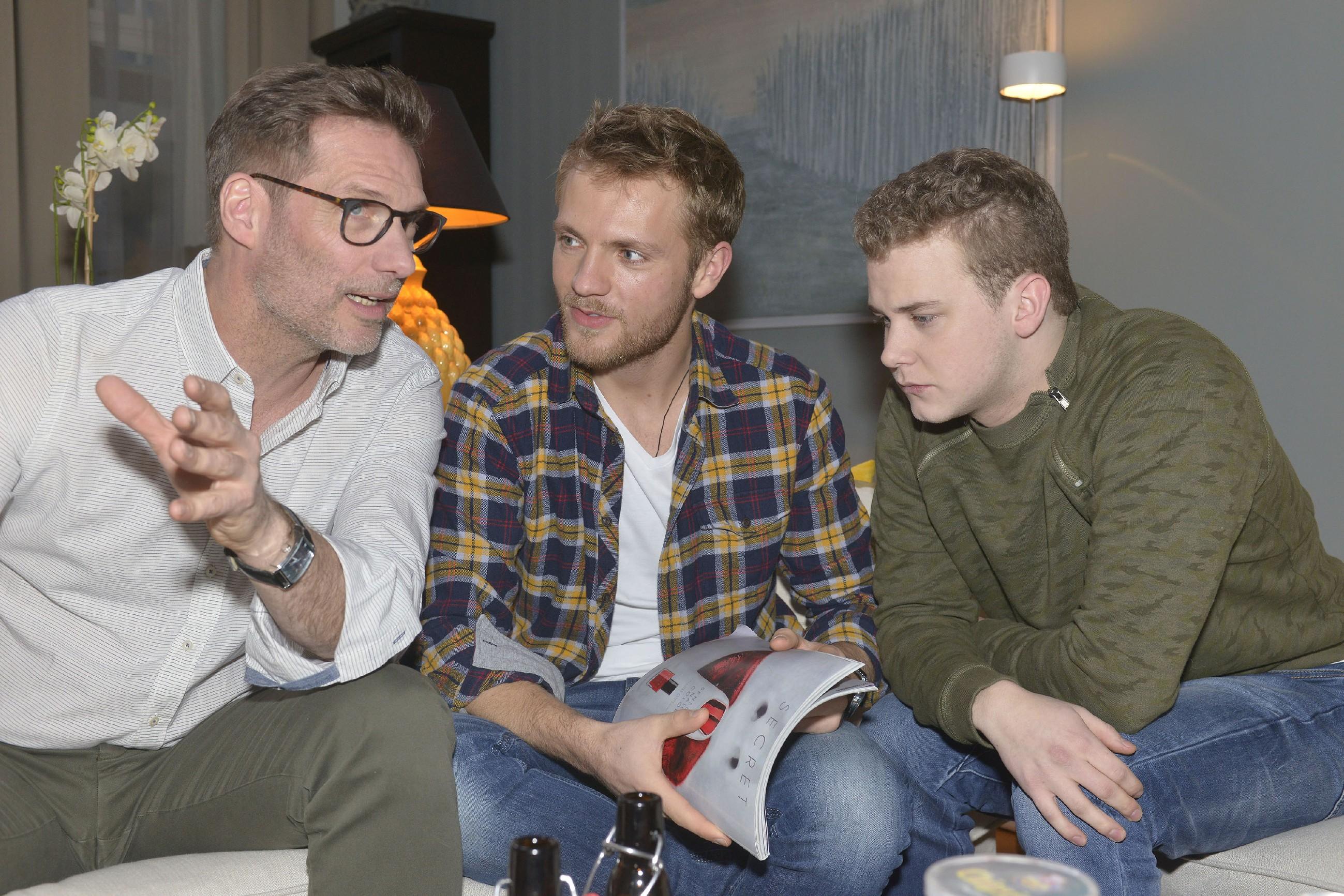 Alexander (Clemens Löhr, l.) und Paul (Niklas Osterloh, M.) merken nicht, dass Jonas (Felix van Deventer) mit akutem Schlafmangel zu kämpfen hat. (Quelle: RTL / Rolf Baumgartner)