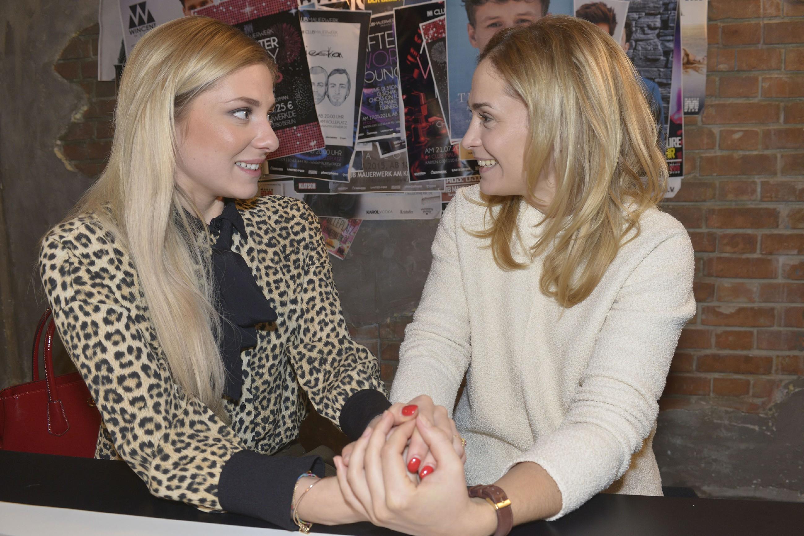 Sunny (Valentina Pahde, l.) erklärt Sophie (Lea Marlen Woitack), dass sie ganz sicher ist, den richtigen Mann zu heiraten. (Quelle: RTL / Rolf Baumgartner)