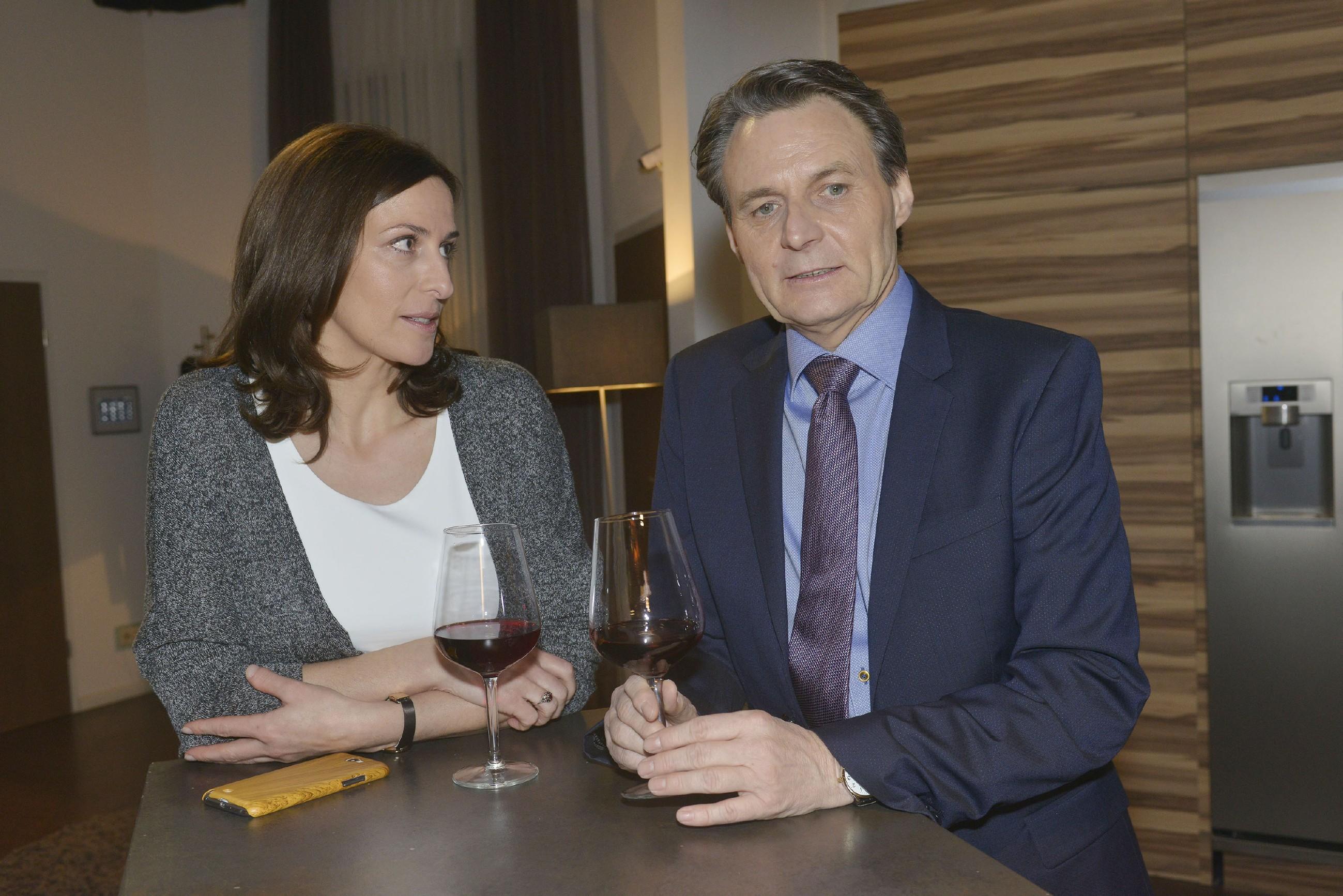 Gerner (Wolfgang Bahro) wird im Gespräch mit Katrin (Ulrike Frank) bewusst, dass er vor seinen Gefühlen für Elena nicht weglaufen kann. (Foto: RTL / Rolf Baumgartner)