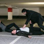 Maximilian (Francisco Medina, r.) ist geschockt, als Kommissar Hohnert (Markus Haase, M.) vor seinen Augen erschossen wird und Vincent (Daniel Buder, l.) ihm den Mord in die Schuhe schieben will... (Quelle: RTL / Kai Schulz)