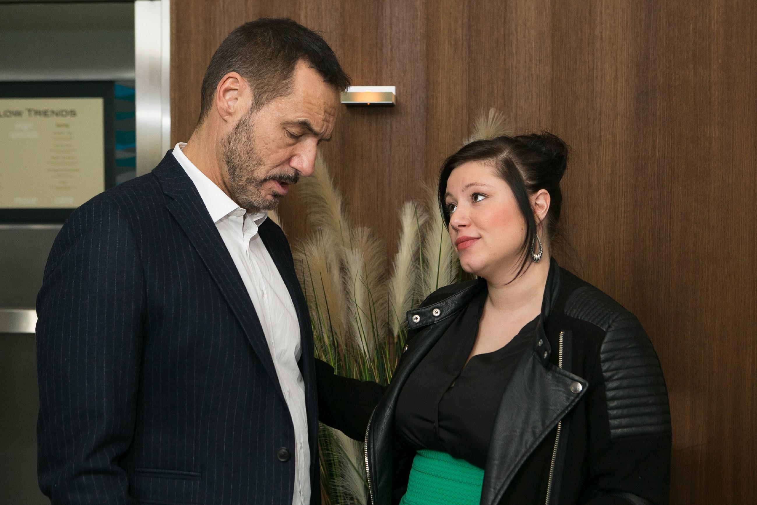 Richard (Silvan-Pierre Leirich) gesteht Vanessa (Julia Augustin) gegenüber ein, dass er nicht mehr an eine Versöhnung mit Simone glaubt.(Quelle: Foto: RTL / Kai Schulz)