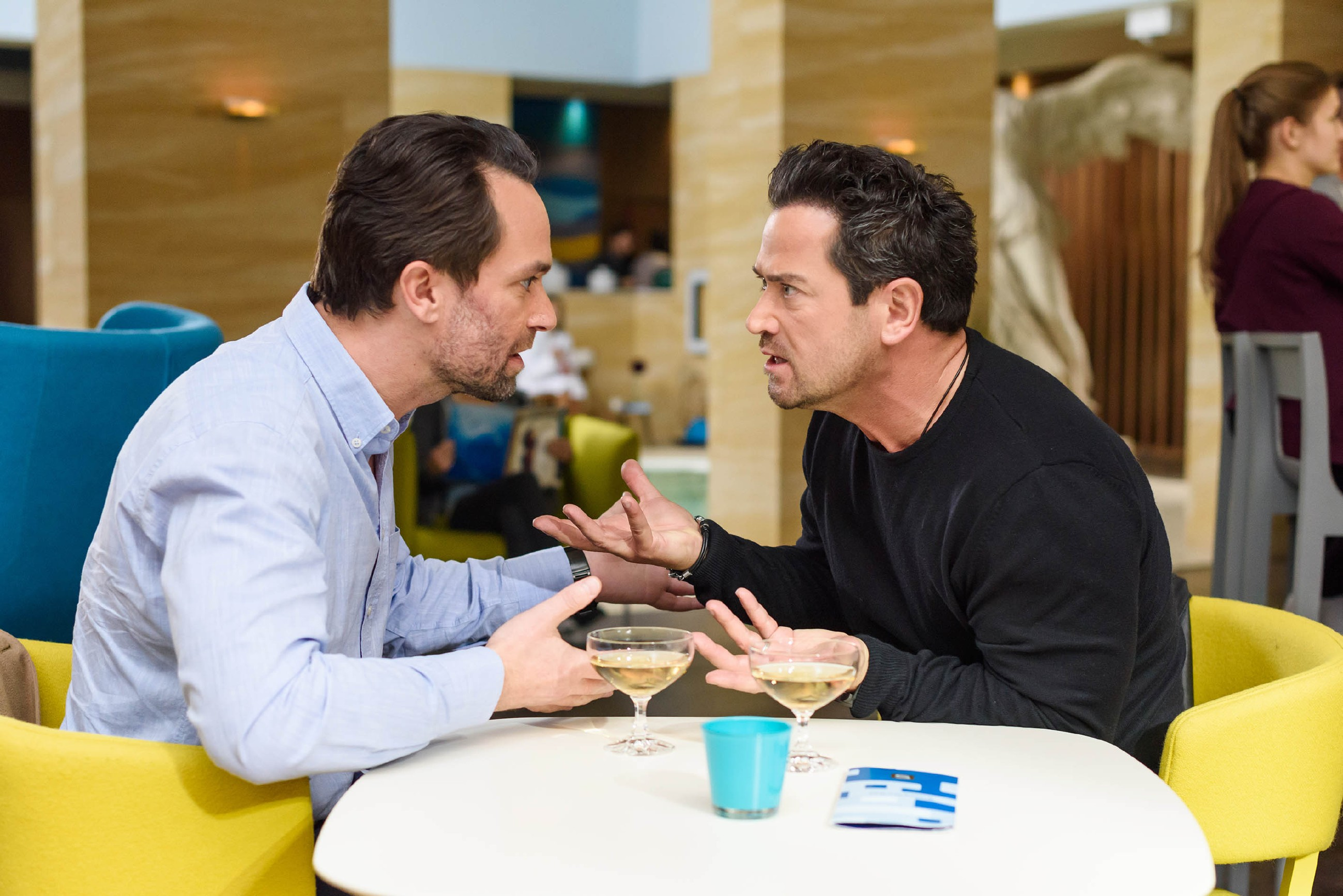 Marian (Sam Eisenstein, r.) macht Thomas (Daniel Brockhaus) klar, wie sehr er darunter leidet, wegen Leo alle Freunde - und sogar seine eigene Frau - belügen zu müssen. (Quelle: RTL / Julia Feldhagen)