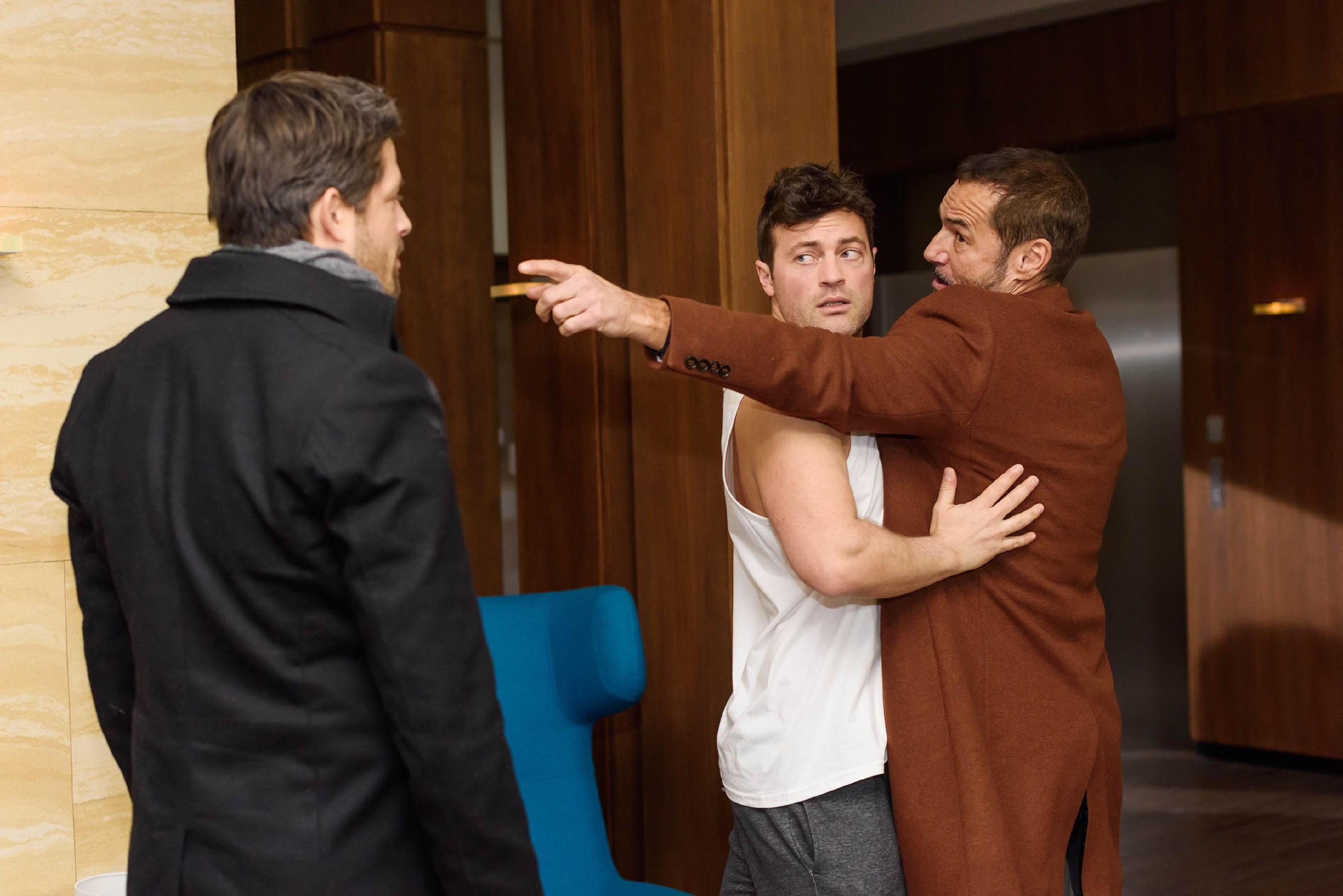 Als Vincent (Daniel Buder, l.) Richard (Silvan-Pierre Leirich, r.) provoziert, geht dieser auf Vincent los und muss von Ben (Jörg Rohde) gestoppt werden... (Quelle: RTL / Julia Feldhagen)