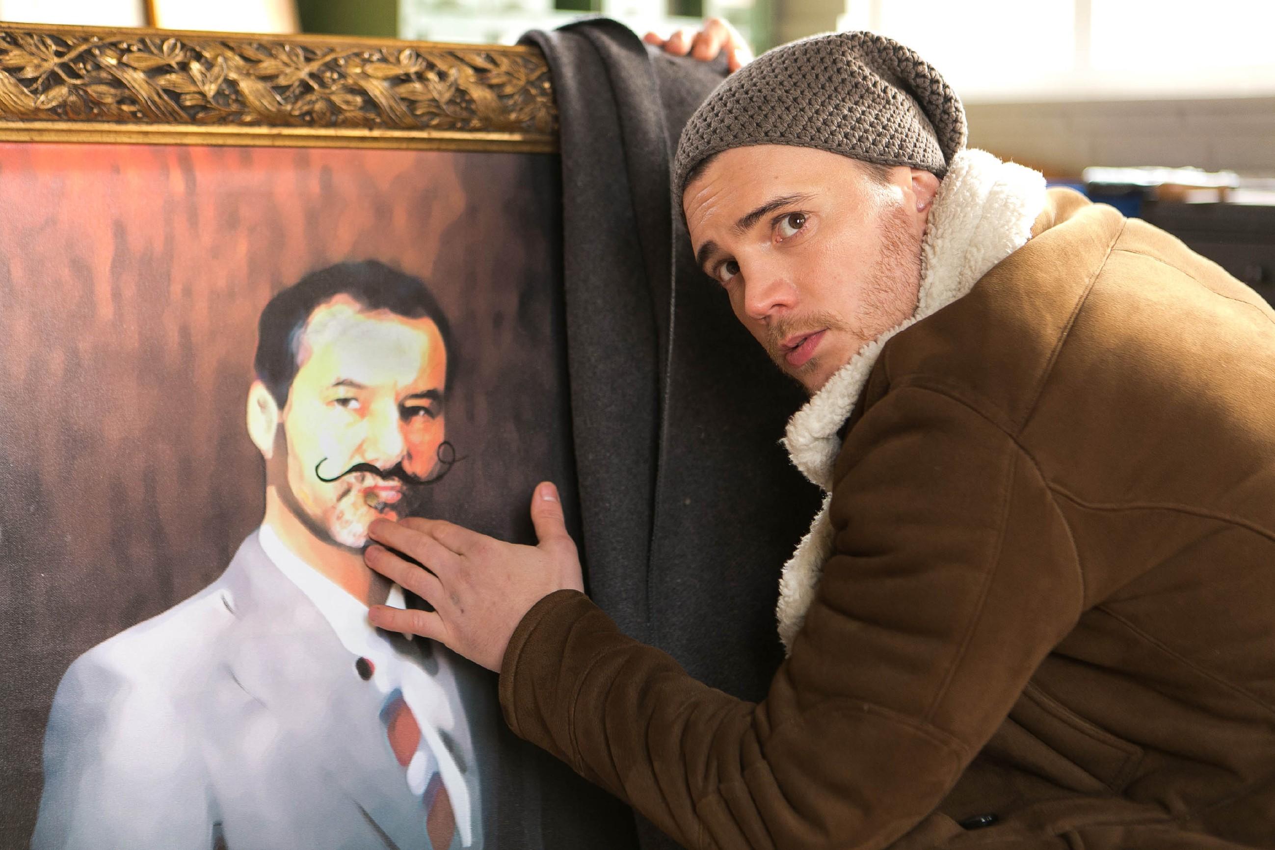 Das Auftauchen von dem entstellten Richard-Gemälde stellt Ronny (Bela Klentze) und seine Freunde vor ein neues Problem. (Quelle: RTL / Kai Schulz)