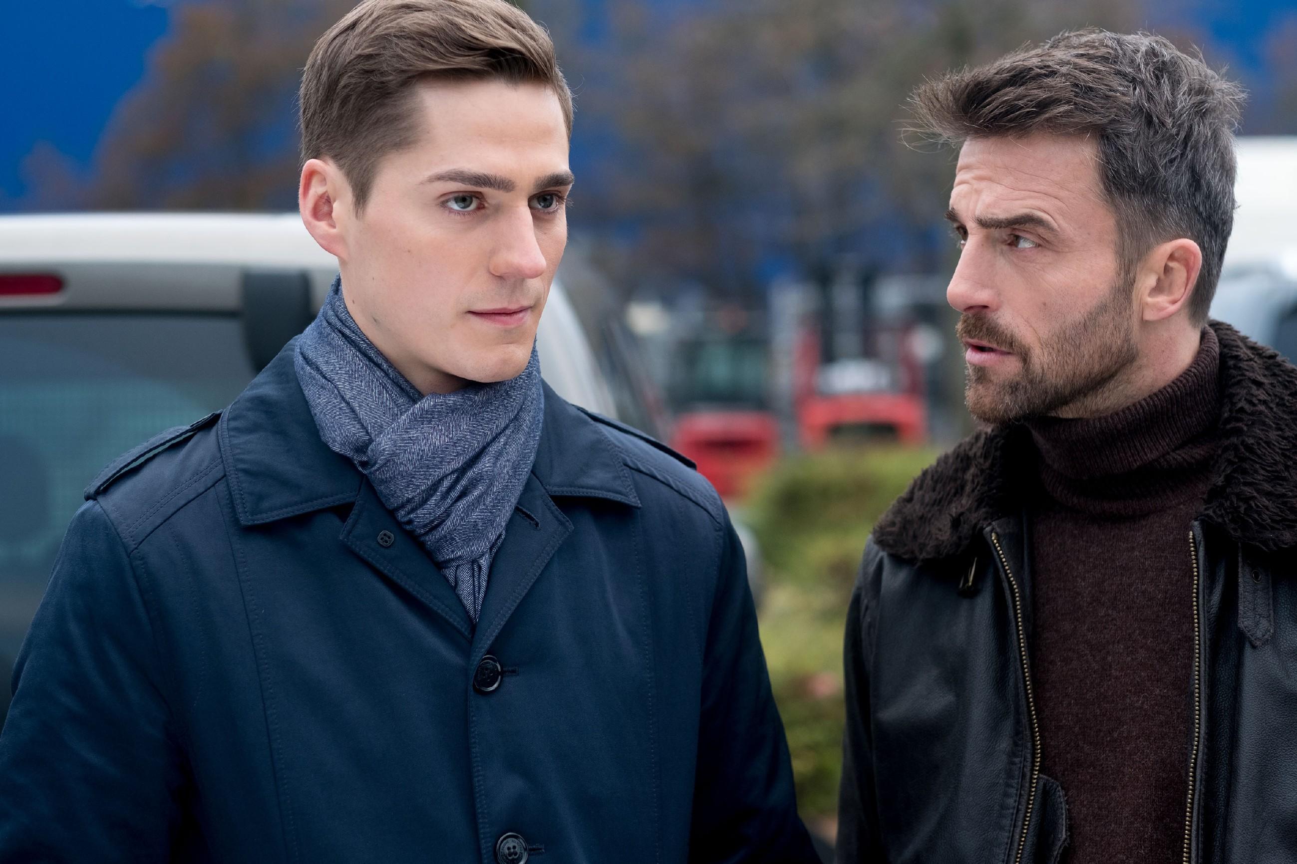 Ringo (Timothy Boldt, l.) macht mit Opitz' Handlanger Hans Langer (Robert Ritter) einen Deal - auf Kosten von Benedikt. (Quelle: RTL / Stefan Behrens)