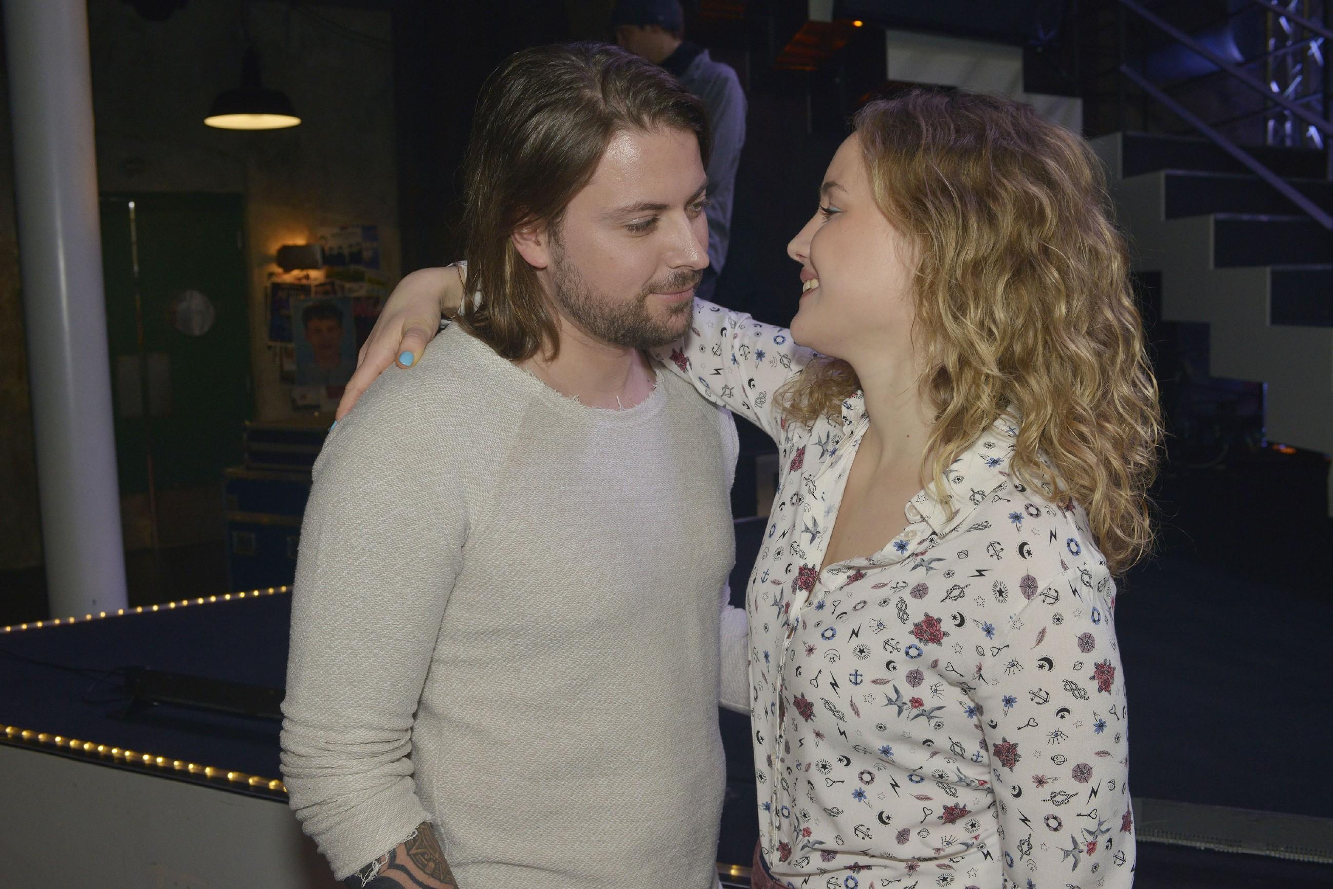 Jule (Luise Finckh) lässt sich auf einen Flirt mit John (Felix von Jascheroff) ein. (Quelle: RTL / Rolf Baumgartner)