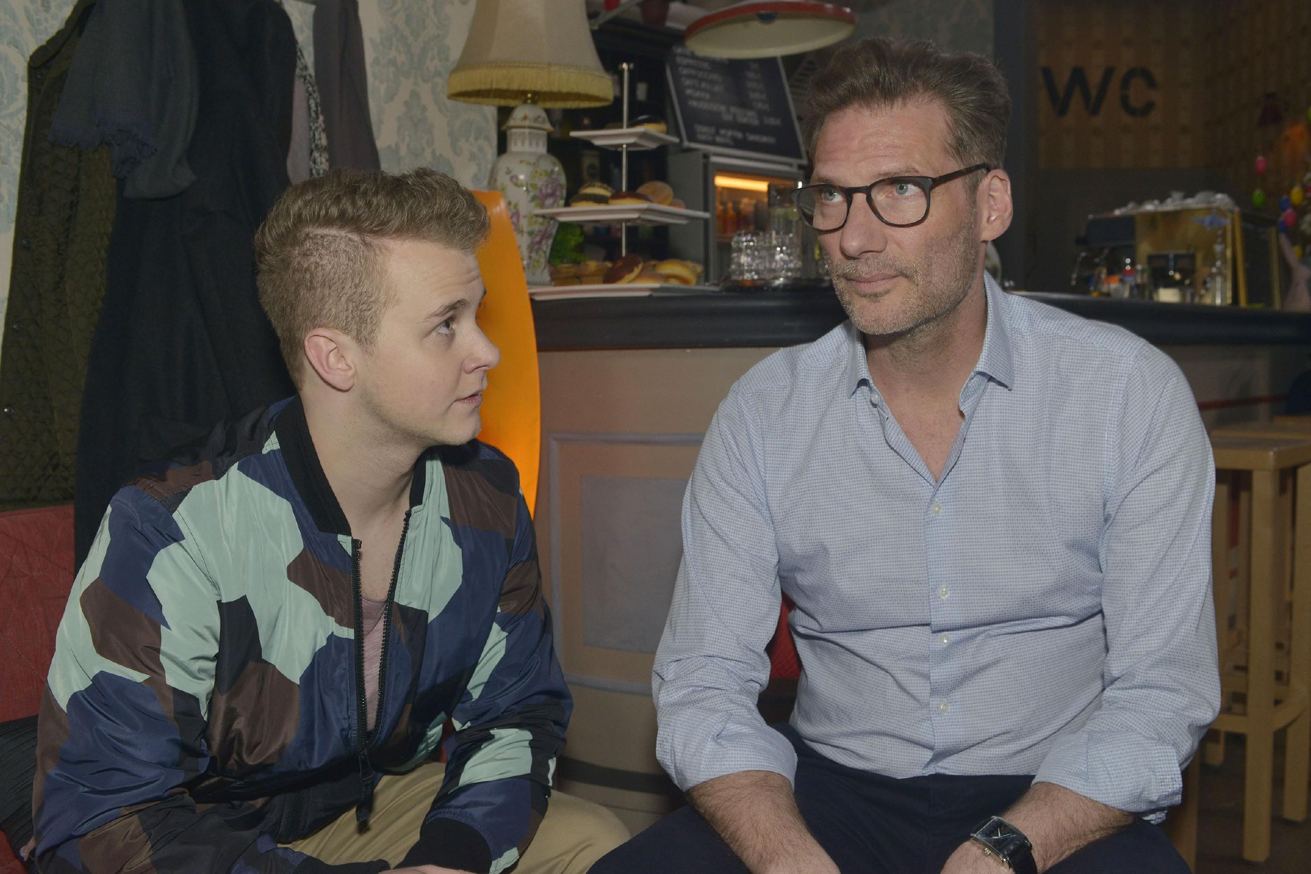 Alexander (Clemens Löhr, r.) will Jonas' (Felix van Deventer) Entschluß, das Abi zu schmeißen, nicht einfach hinnehmen. (Quelle: RTL / Rolf Baumgartner)