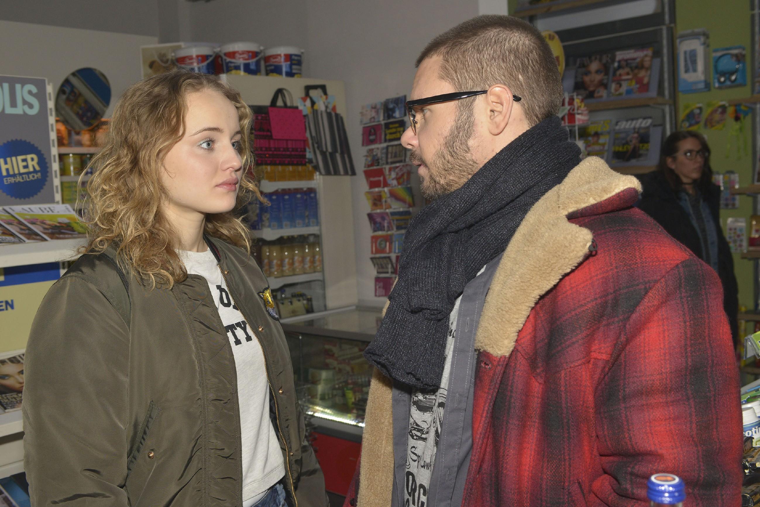 Tuner (Thomas Drechsel) gibt Jule (Luise von Finckh) abweisend zu verstehen, dass es ihm egal ist, mit wem sie was macht. (Quelle: RTL / Rolf Baumgartner)
