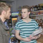 Jonas (Felix van Deventer, r.) fliegt mit seinem Entschluss, sein Abi zu schmeißen, vor Paul (Niklas Osterloh) auf. (Quelle: RTL / Rolf Baumgartner)