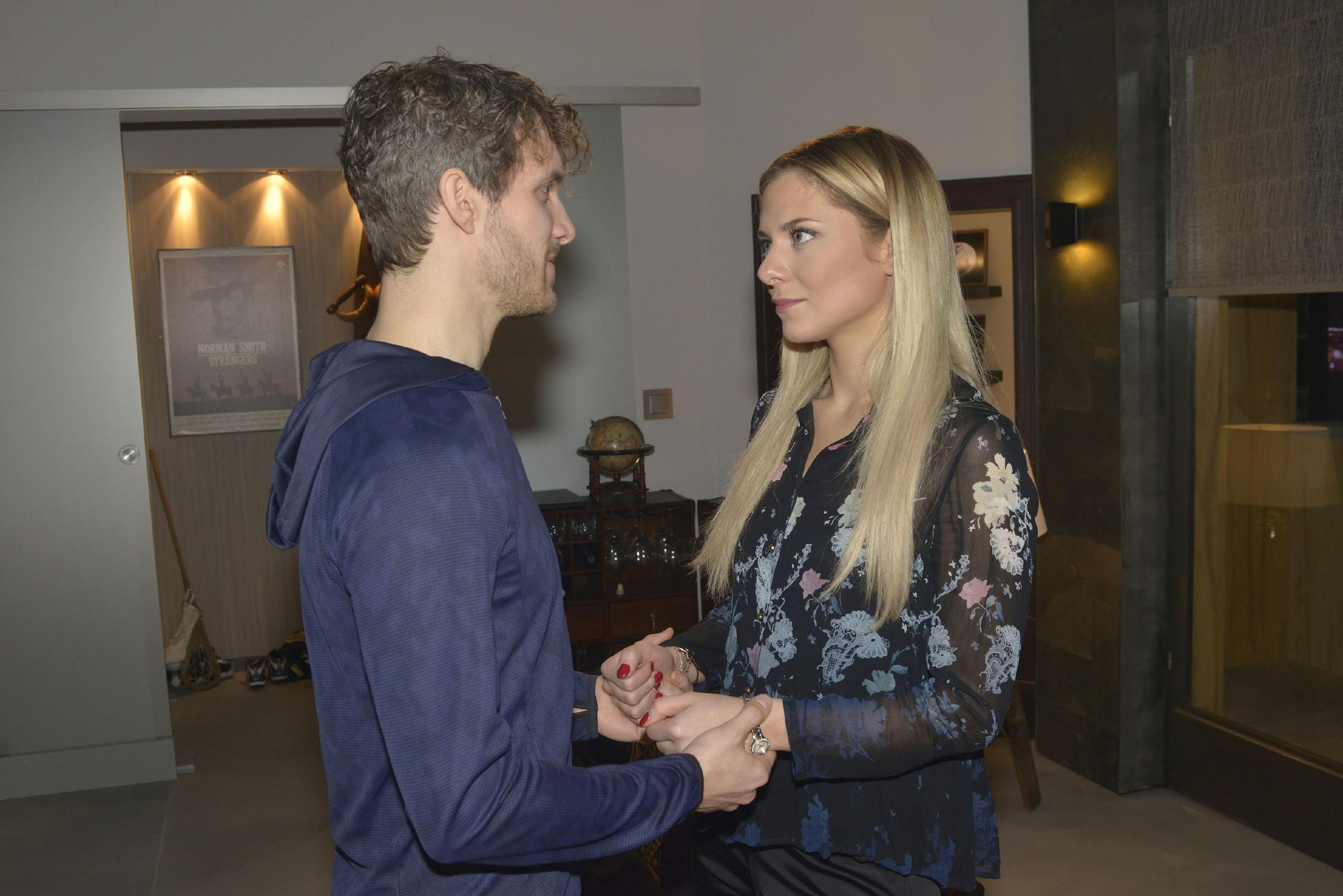 Felix (Thaddäus Meilinger) versucht Sunnys (Valentina Pahde) Sorgen mit Nachdruck auszuräumen. (Quelle: RTL / Rolf Baumgartner)
