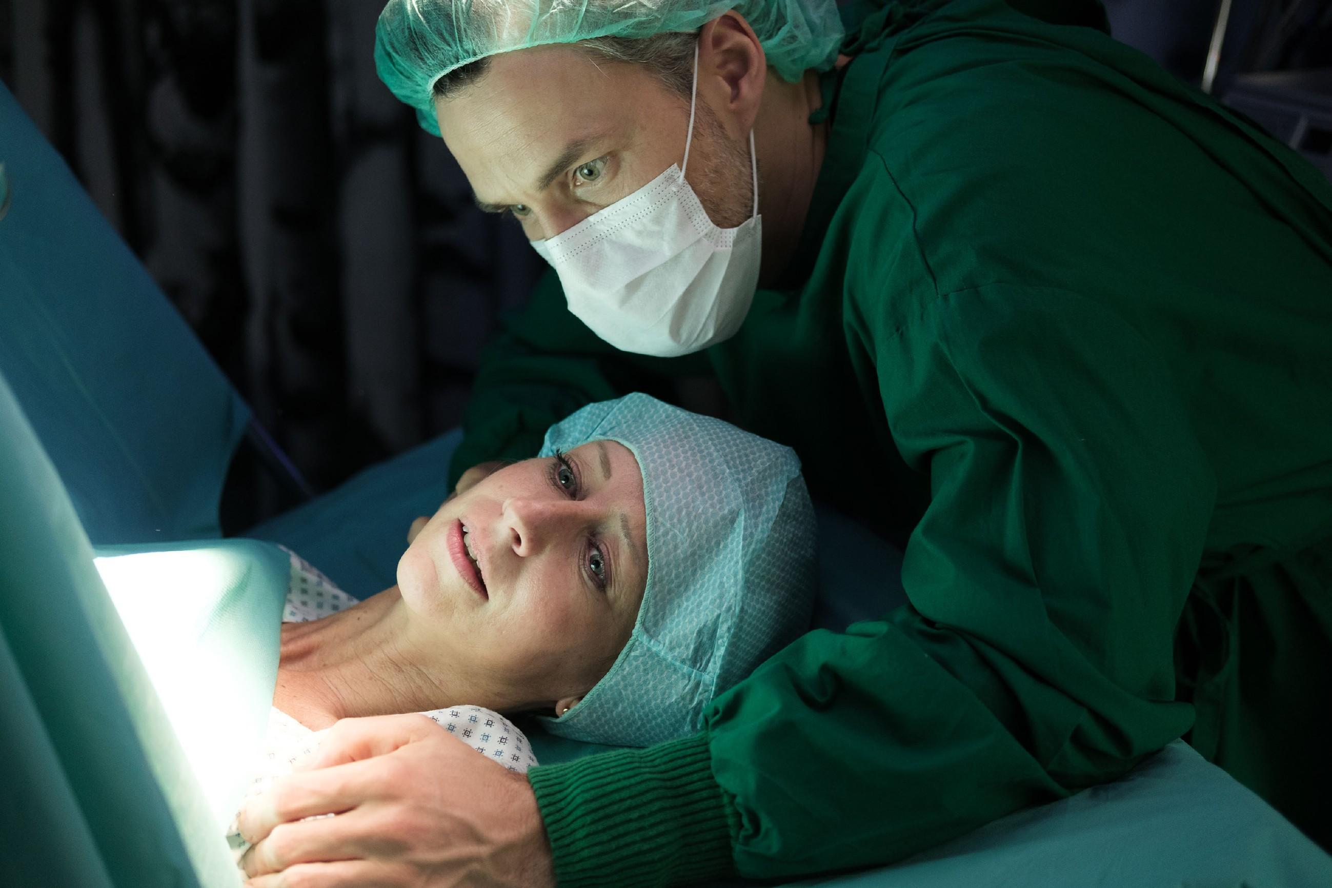 Malte (Stefan Bockelmann) steht Ute (Isabell Hertel) bei, als ihr Kind mit einem Not-Kaiserschnitt geholt werden muss... (Quelle: RTL / Stefan Behrens)