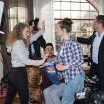 Als KayC (Pauline Angert, l.) vor dem Reporter (Komparsen) einen Heiratsantrag erfindet, sorgt Elli (Nora Koppen) im Affekt für einen Eklat und geht vor Paco (Milos Vukovic) und im Blitzlichtgewitter der Presse auf ihre Cousine los... (Quelle: RTL / Stefan Behrens)