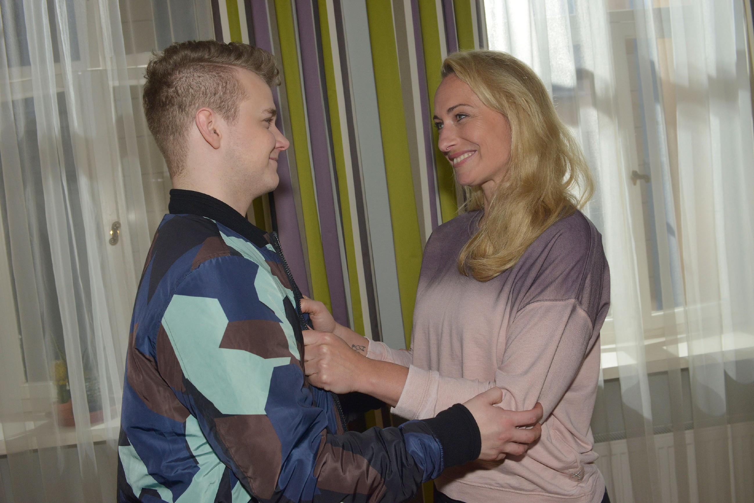 Maren (Eva Mona Rodekirchen) ist zufrieden, dass sich Jonas (Felix van Deventer) voller Ehrgeiz auf sein Abitur vorbereitet. (Quelle: RTL / Rolf Baumgartner)