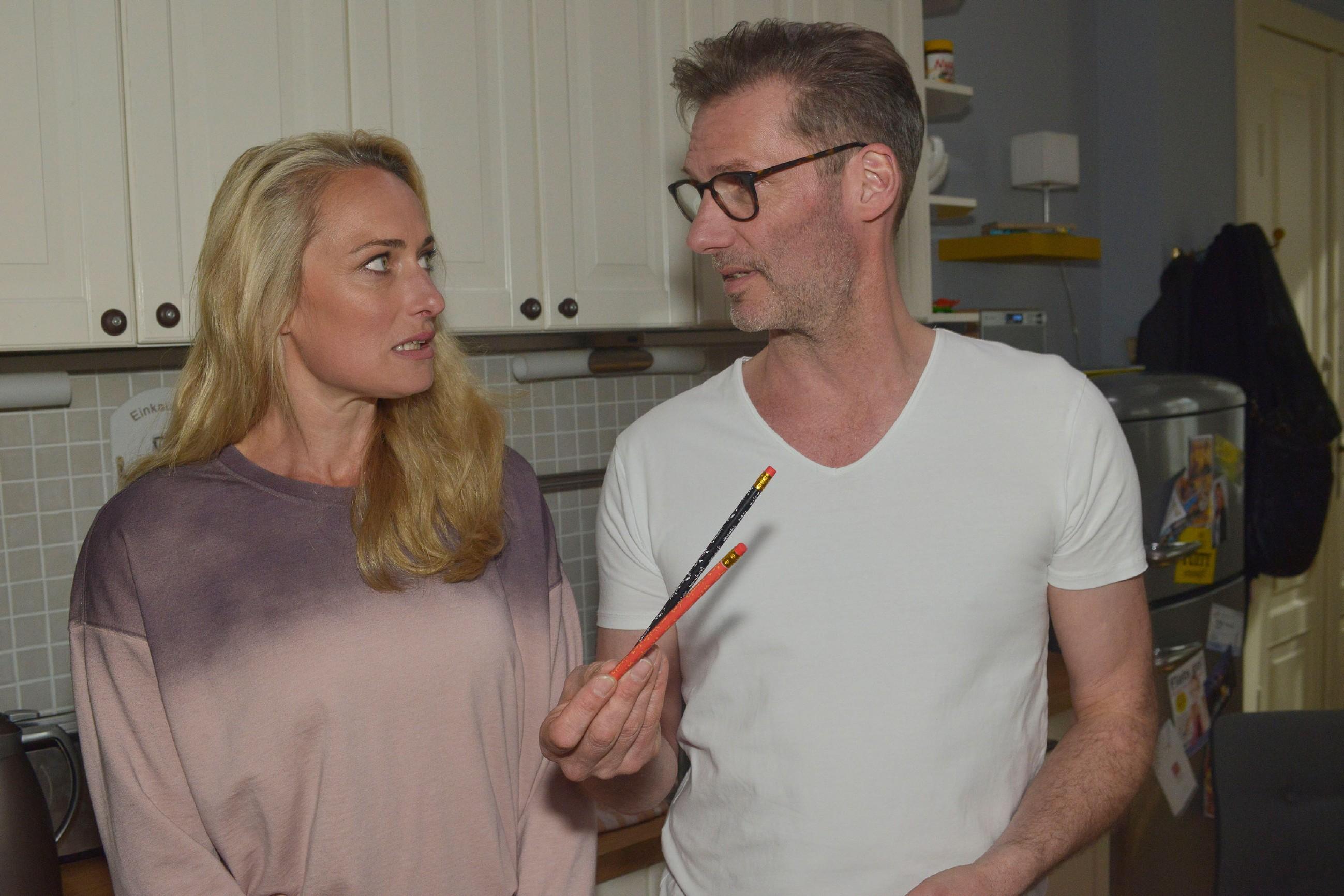 Maren (Eva Mona Rodekirchen) und Alexander (Clemens Löhr) hoffen, dass sich Jonas seine Zukunft nicht verbaut. (Quelle: RTL / Rolf Baumgartner)