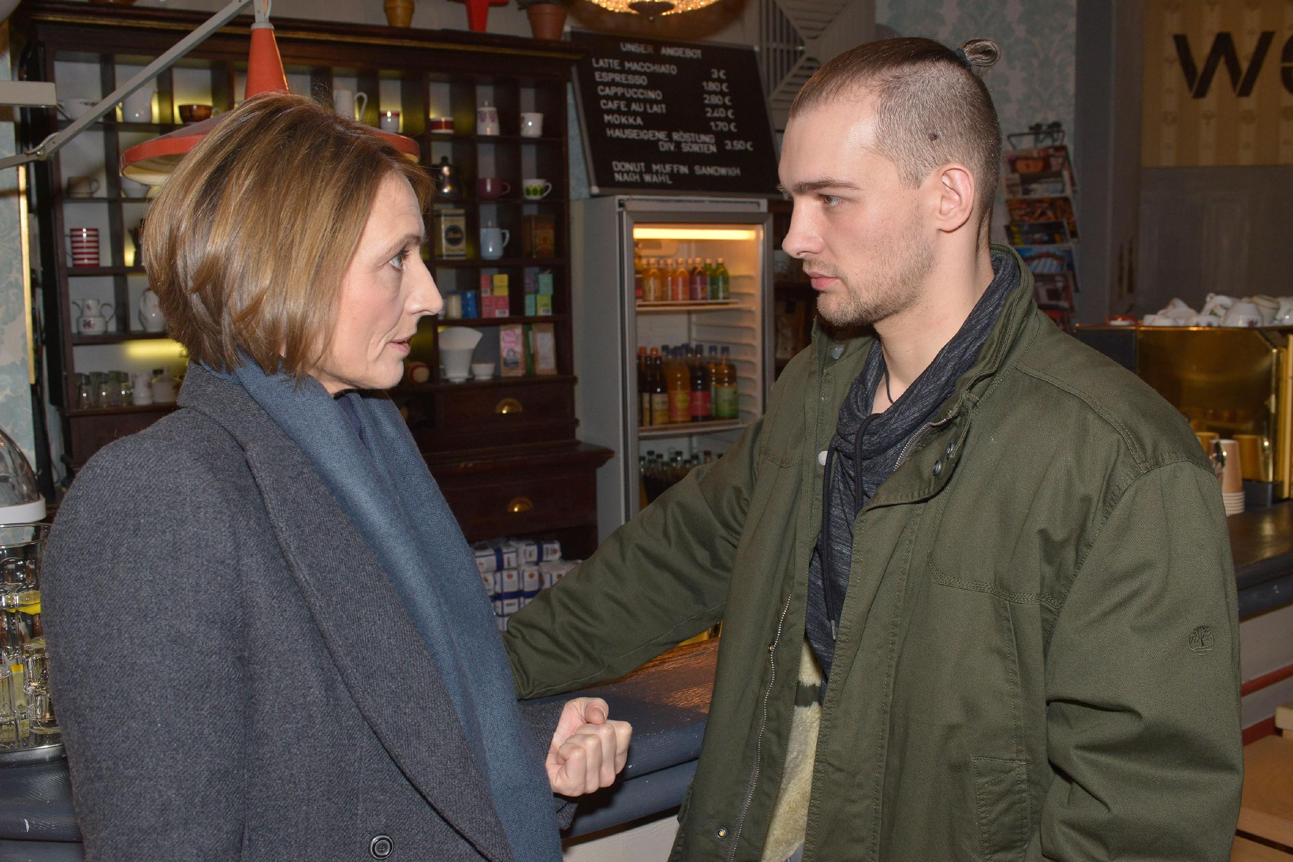 Chris (Eric Stehfest) ist geschockt, als Rosa (Joana Schümer) klarstellt, dass sie nicht mehr an seine Unschuld glaubt. (Quelle: RTL / Rolf Baumgartner)