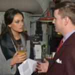 Der Moderator Florian Strauß (Martin Tietjen) bittet Jasmin (Janina Uhse), ihre Geschäftspartnerin Emily bei der TV-Castingshow etwas einzubremsen. (Quelle: RTL / Rolf Baumgartner)